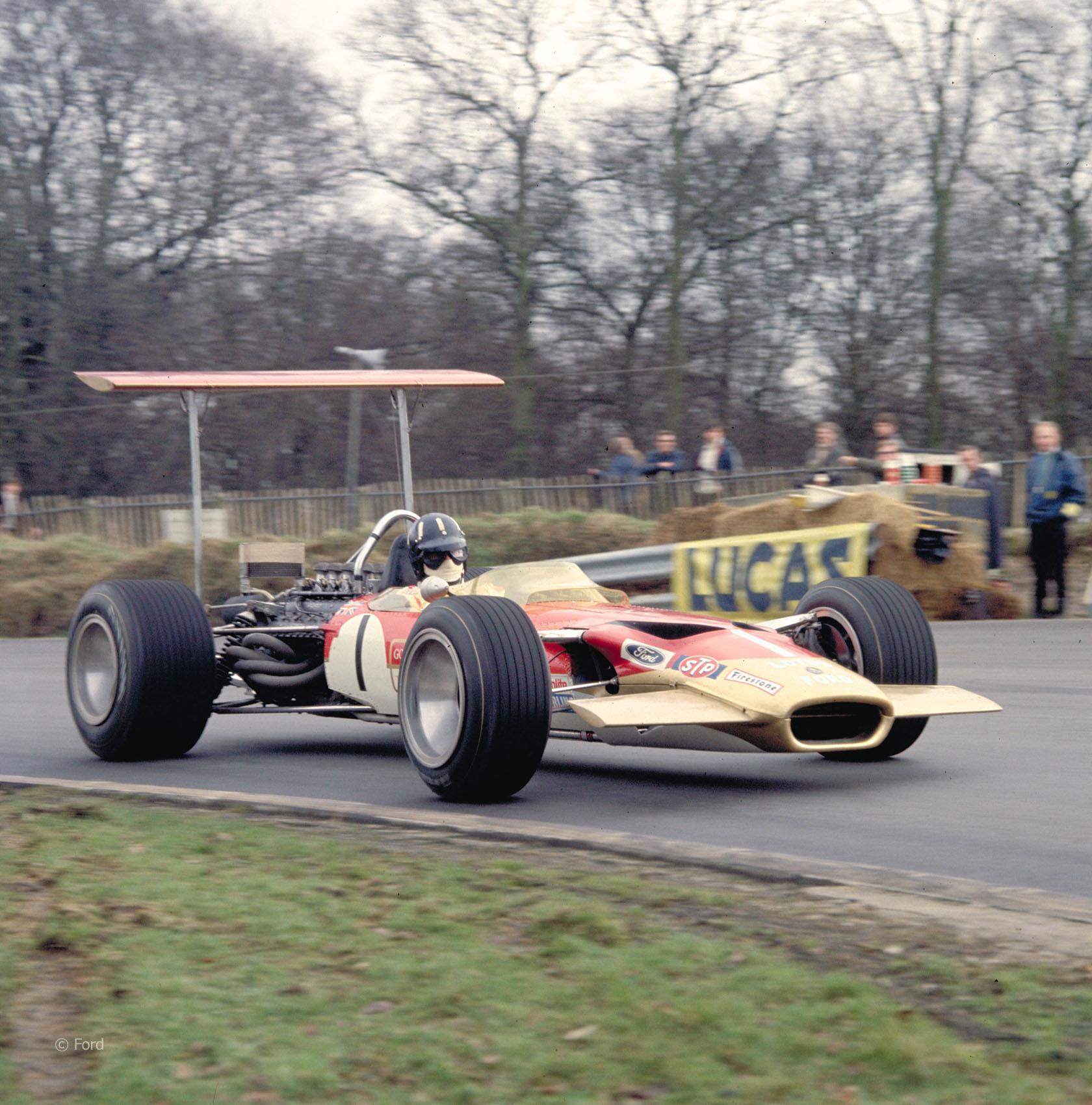 I 1968 var det tid for gigantiske vinger på Formel 1 bilene, og Hill styrte sin Lotus 49 inn til et nytt VM-gull. Foto: Ford