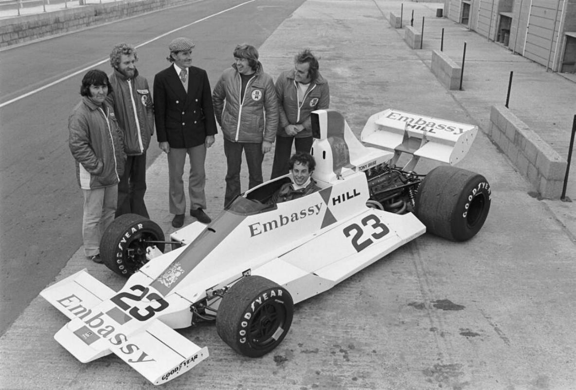 Hill (i midten bak) prøvde seg som teamsjef for Embassy Hill teamet. Det endte tragisk da hele grunnstammen bak teamet døde i et flykrasj, inkludert det lovende talentet Tony Brise (bak rattet på bildet).