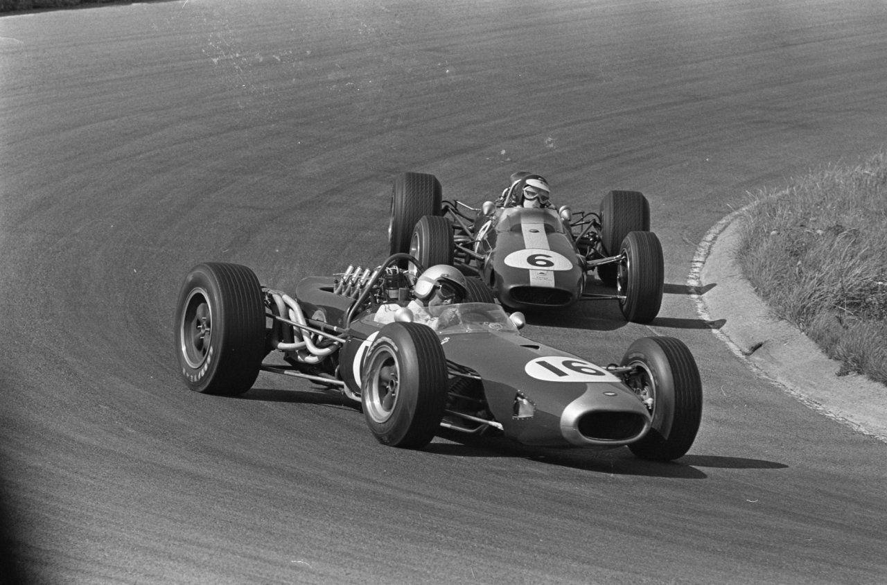 I 1966 tok Brabham sin tredje VM-tittel, her foran Jim Clark i Lotus i Nederland GP.