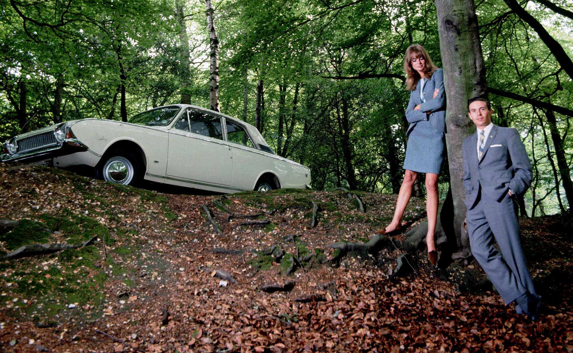 Jim Clark trivdes visstnok best på sauefarmen sin, men hadde draget på damene. Her i en reklame med en Ford Corsair og supermodellen Jean Shrimpton.