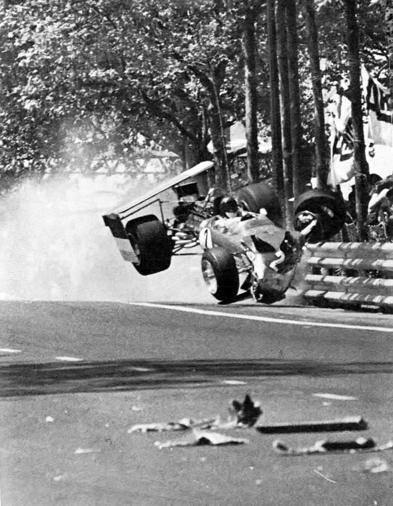 De høyreiste festene til bakvingen knekker sammen på Montjuich Park under løpet i 1969, med voldsomme konsekvenser for Jochen Rindt.