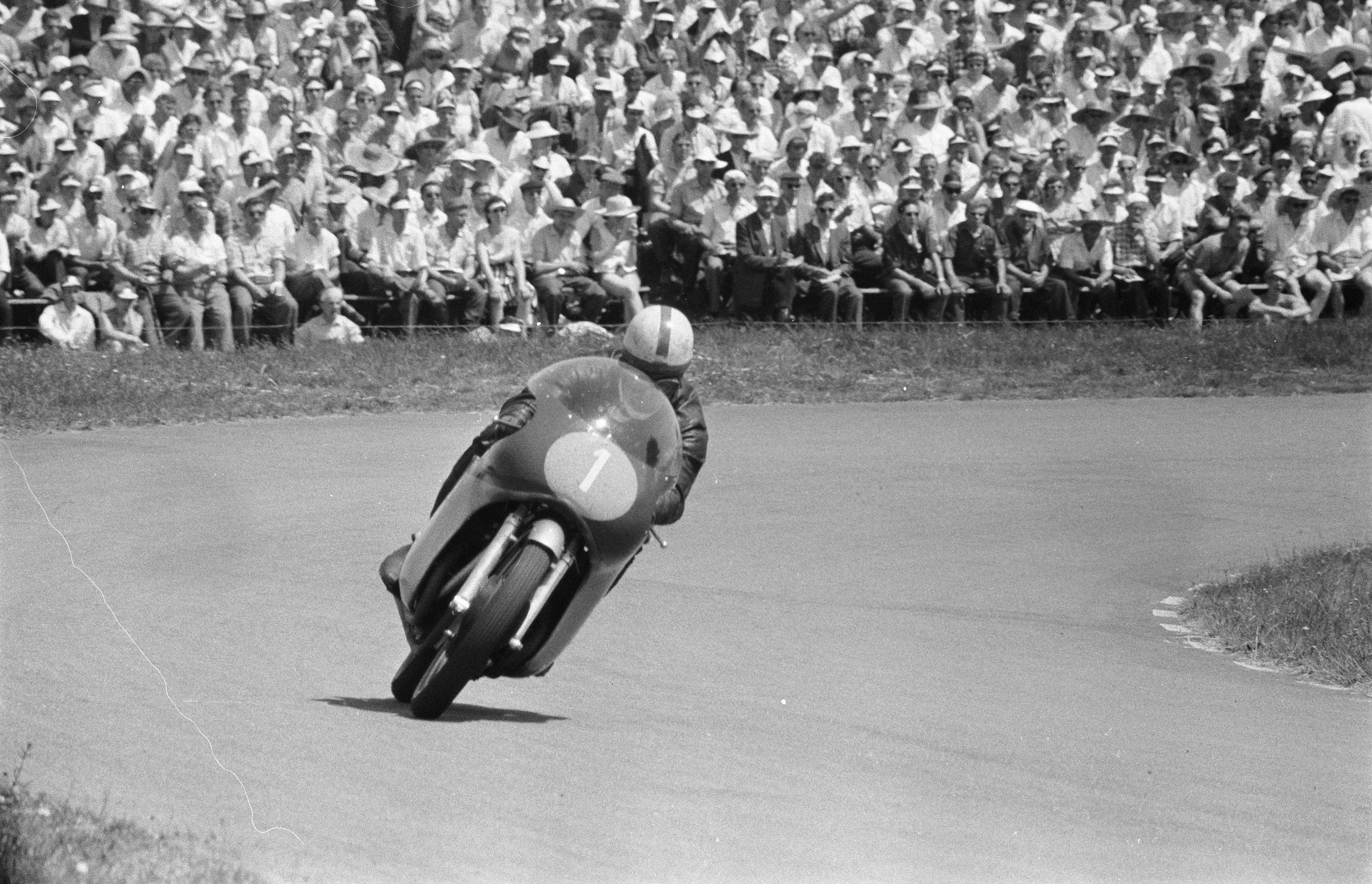 Surtees på Assen-banen i Nederland, på vei til triumf i TT Assen i 1960.
