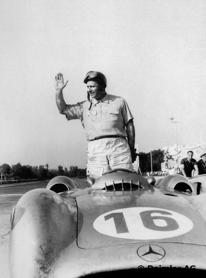 Fangio vinker til fansen på Monza, før starten på løpet i 1954. Foto: Daimler AG