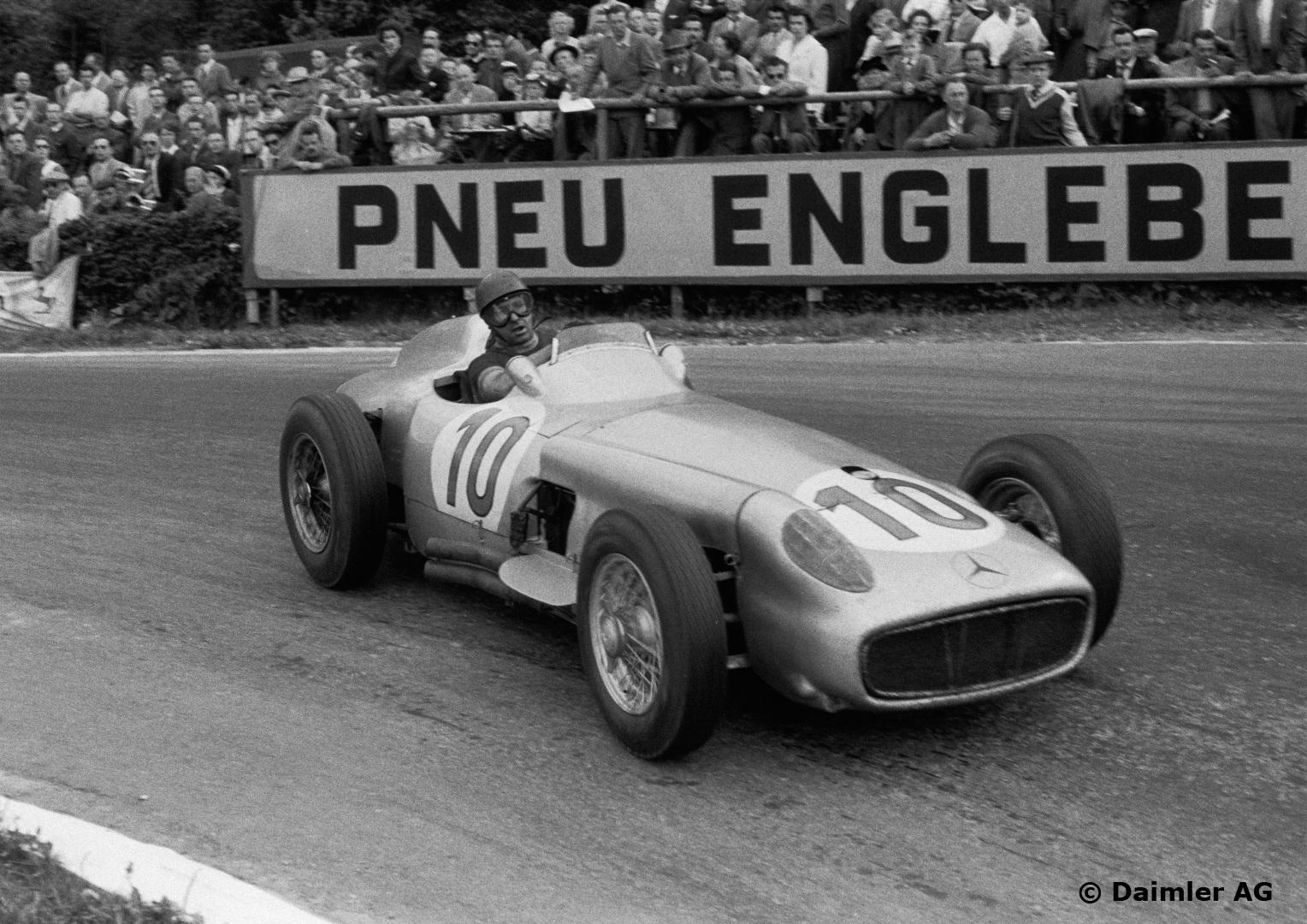 Fangio var mesterlig på de farligste banene, som her på vei inn til seier på beryktede Spa i 1955. Foto: Daimler AG