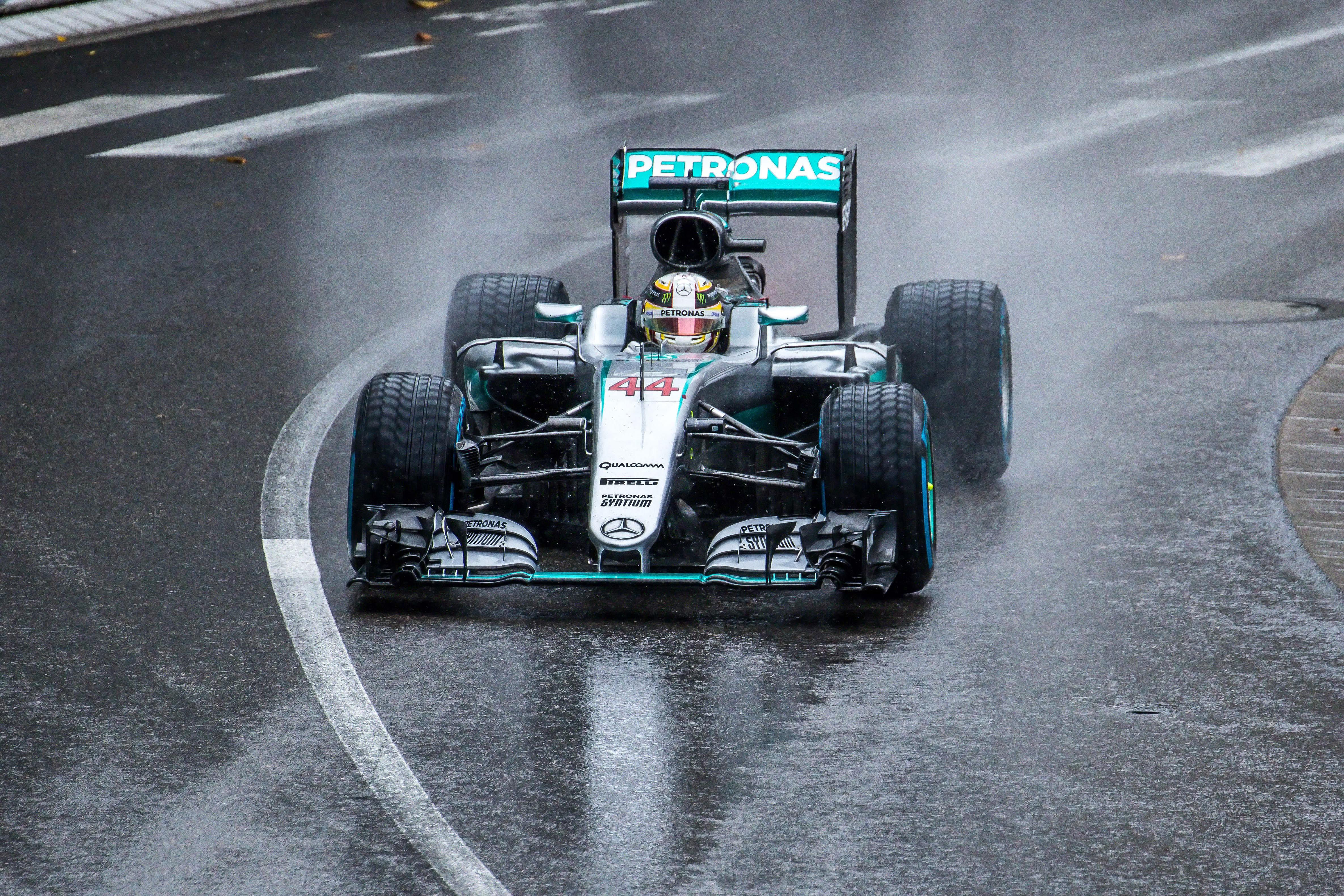 Kombinasjonen regnvær + Hamilton er veldig ofte ensbetydende med seier, her i 2016.