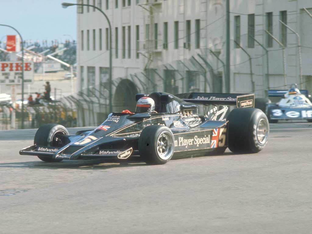 Mario er for mange synonym med Team Lotus og JPS-fargene, her på vei mot seier i Long Beach GP 1977 i den nydelige Lotus 78. Foto: Ford