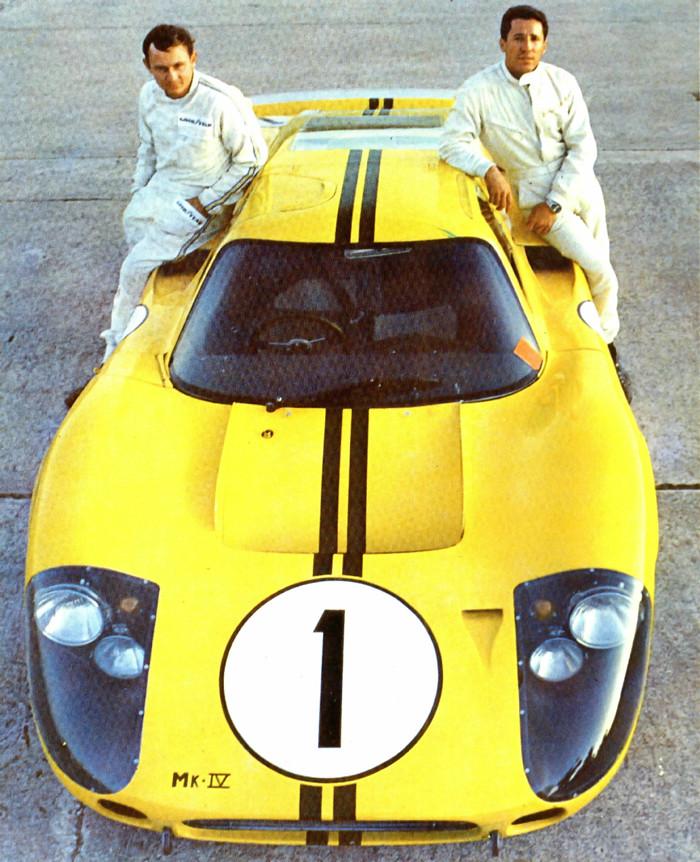 Mario (til høyre) kjørte også Fords brutale GT 40 MkIV. Her sammen med Bruce McLaren og vinnerbilen deres fra 12-timers løpet i Sebring 1967. Foto: Ford