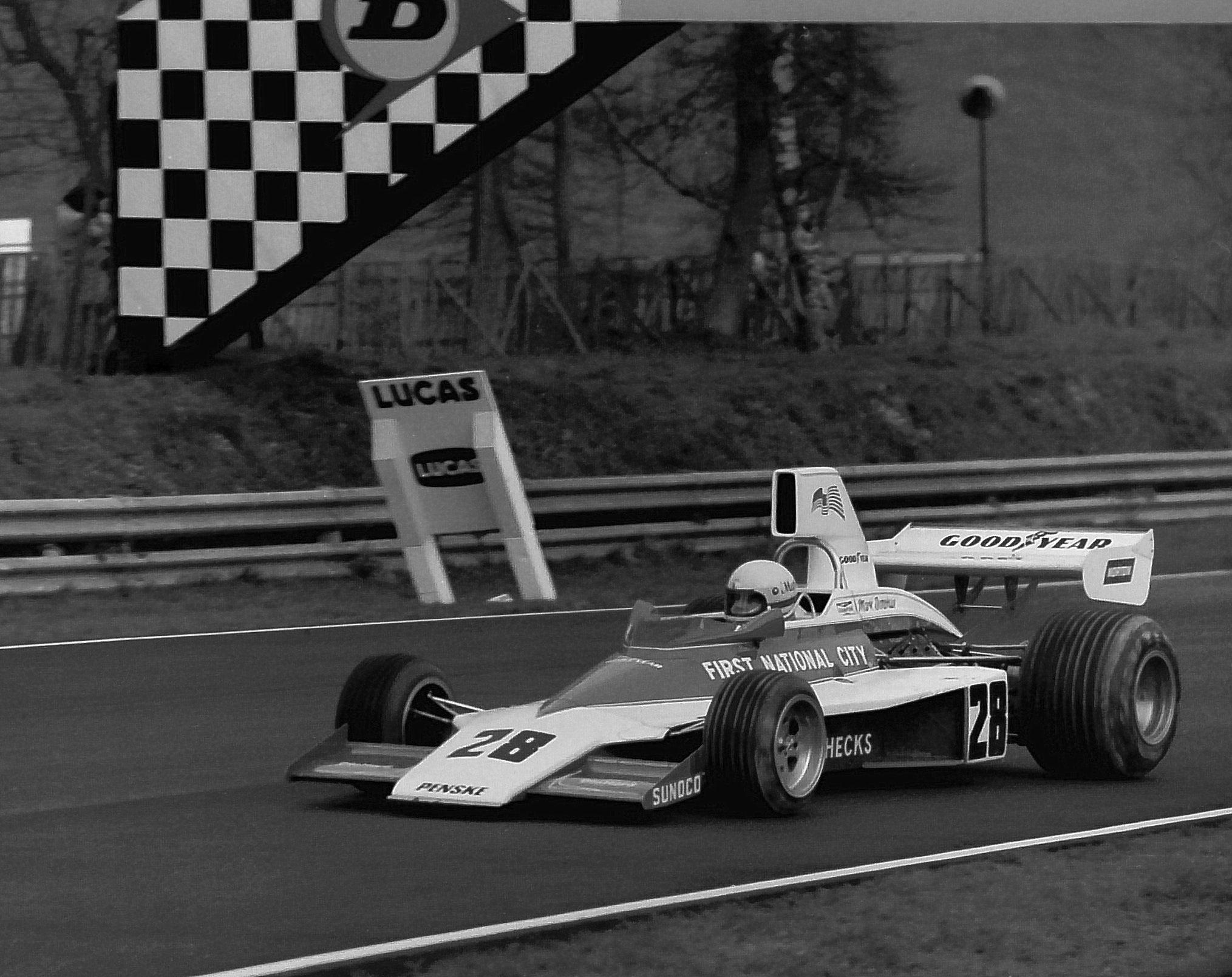 Mark Donohue i sin Penske PC1, som ikke ble noen stor suksess i Formel 1 i 1975. Foto: Wikipedia