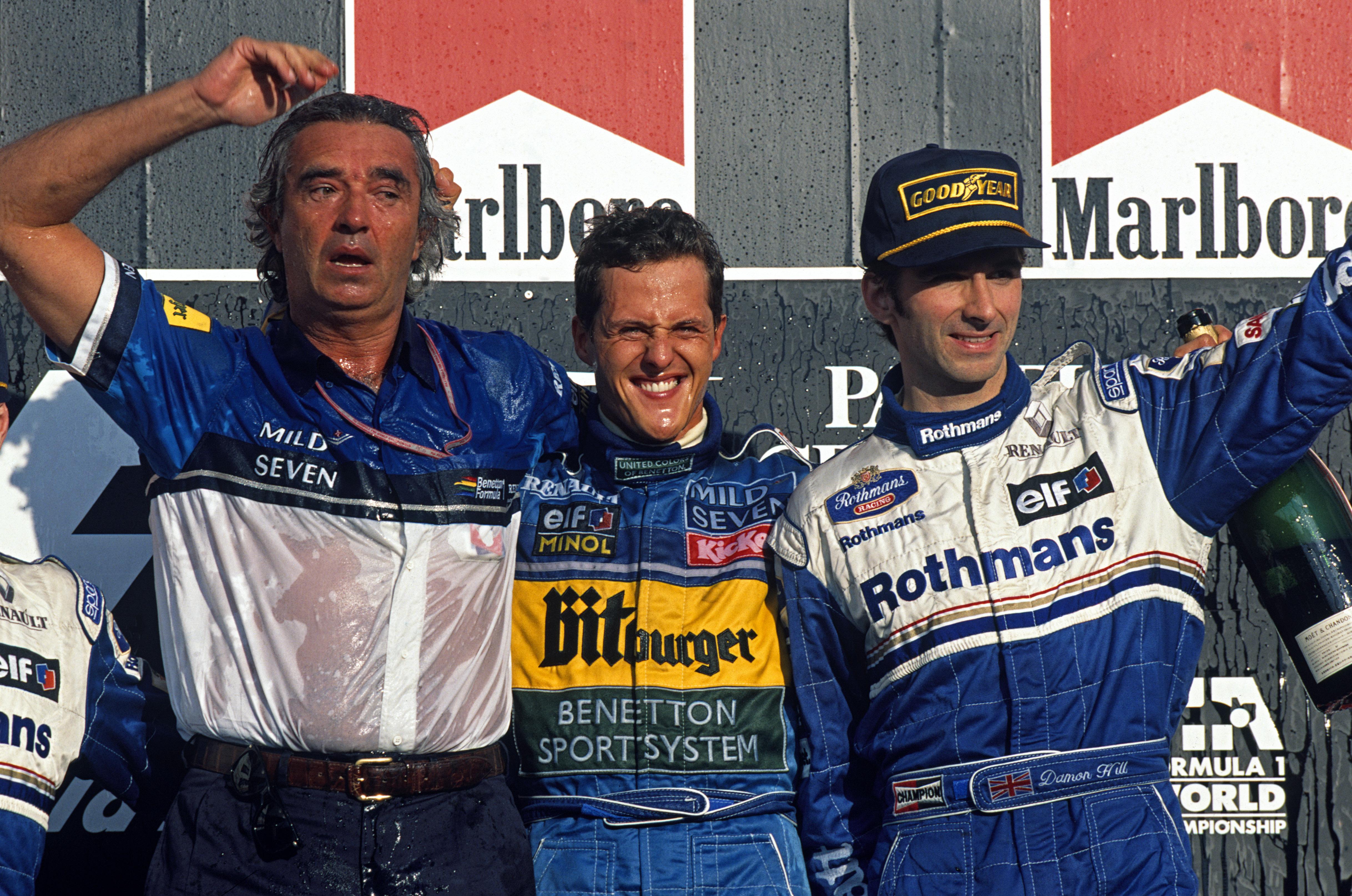 Michael Schumacher tok et velfortjent VM-gull i 1995 for Benetton. Her på podiet med teamsjef Flavio Briatore og tittelrival Damon Hill. Foto: Williams