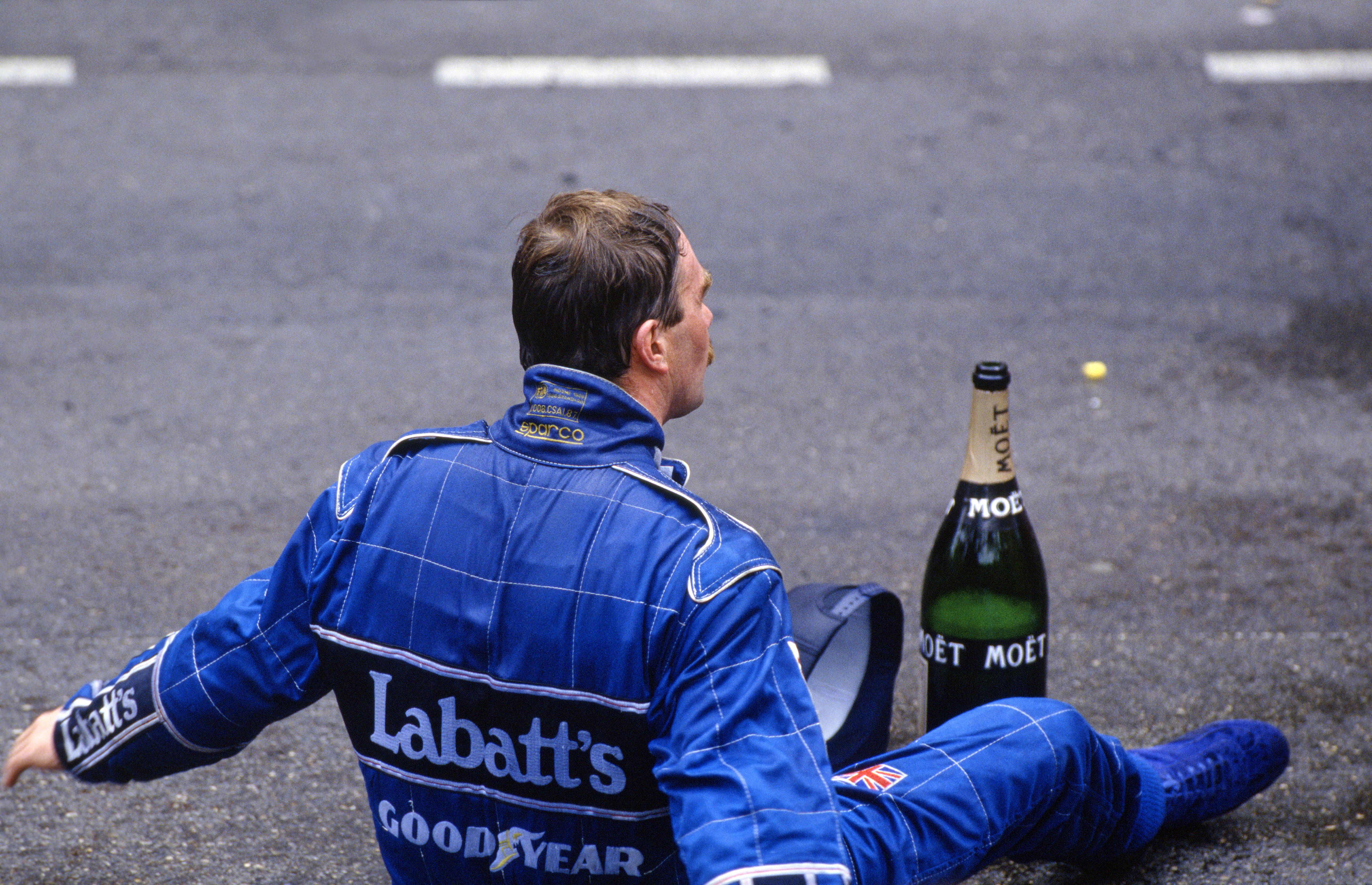 I 1992 dominerte Mansell og Williams fullstendig, men Nigel måtte gjerne illustrere hvor tøft løpet hadde vært gjennom ulike måter å hvile på etter målgang. Foto: Williams