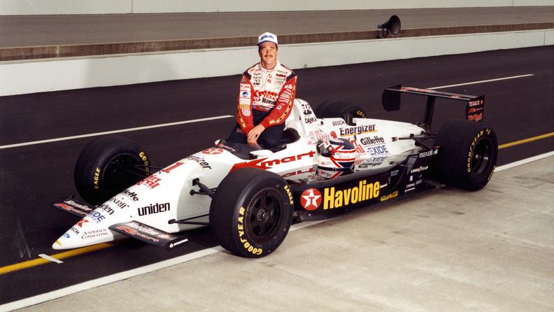 Mansell ble Indycarmester i 1993, og ble nummer tre i Indy 500 i 1993. Her er han forut for Indy 500 i 1994, hvor han startet på tredje startrekke. Han ble påkjørt av Dennis Vitolo i en bisarr situasjon etter 92 runder, og stormet ut av sykehuset etter å ha nektet legene å sjekke ham.  Foto: Indianapolis Motor Speedway