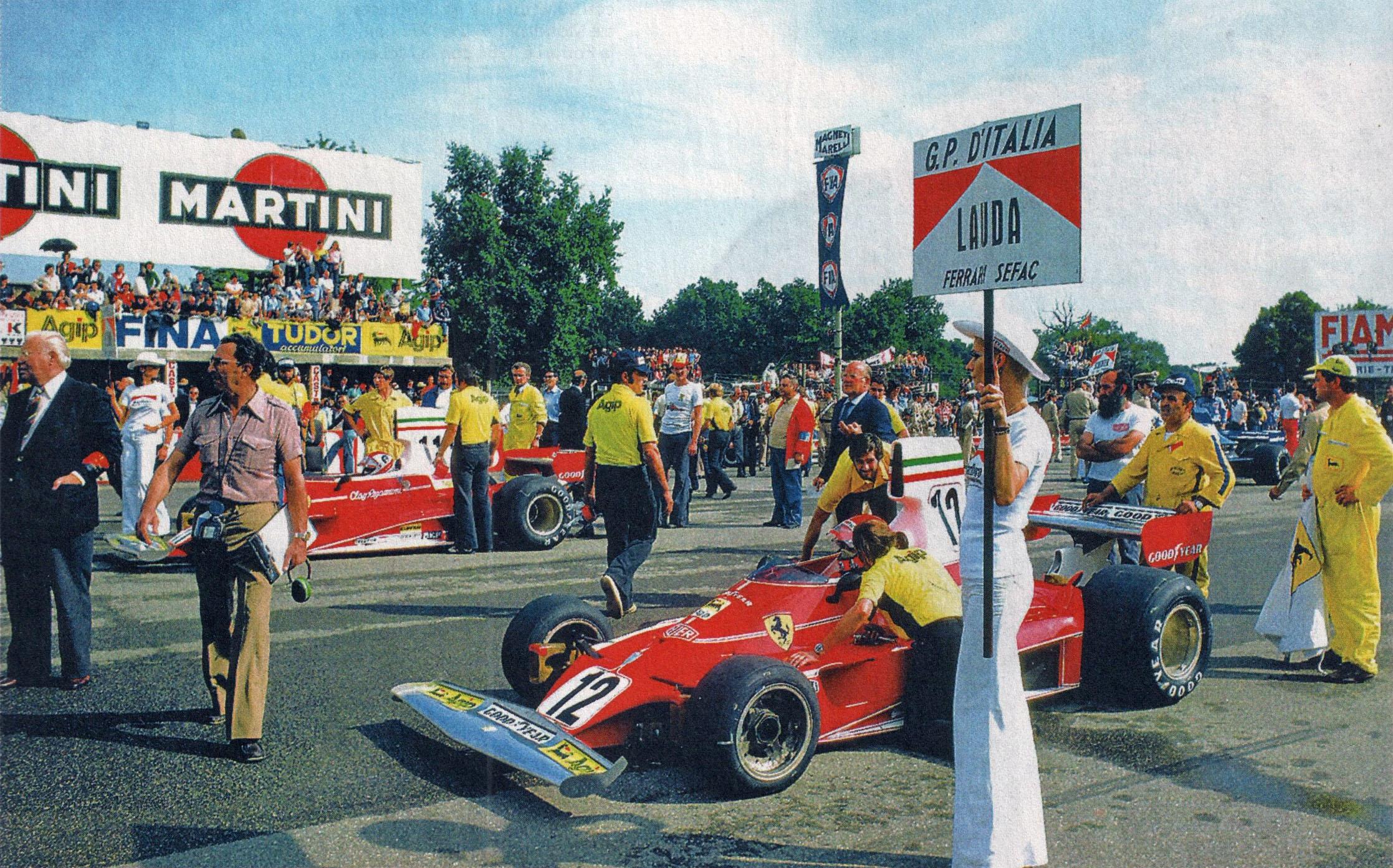 Italia GP 1975. De to Ferrariene til Niki Lauda (nærmest kamera) og Clay Regazzoni står i fremste startrekke.