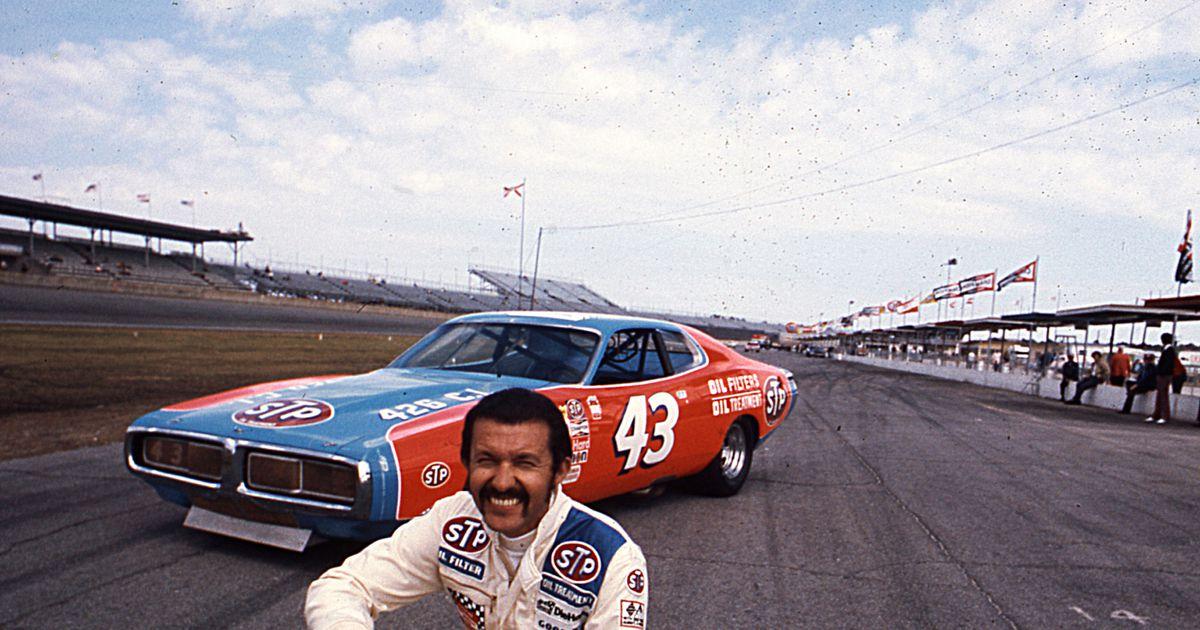 Petty i 1973 i sin ikoniske Dodge Charger med STP-reklame.