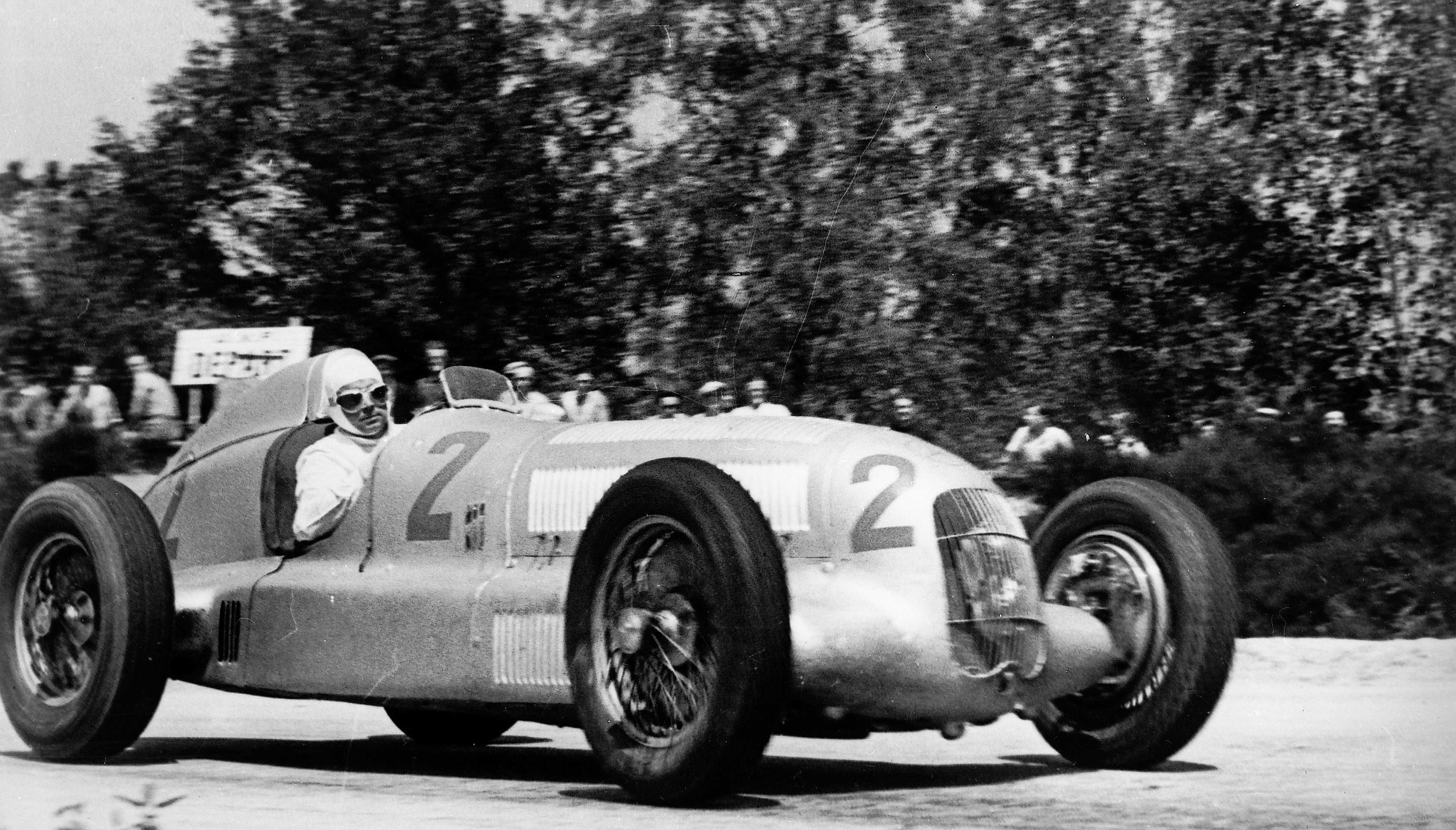 Caracciola på vei mot seier i Frankrike GP 1935 i sin Mercedes-Benz W25. Foto: Daimler AG
