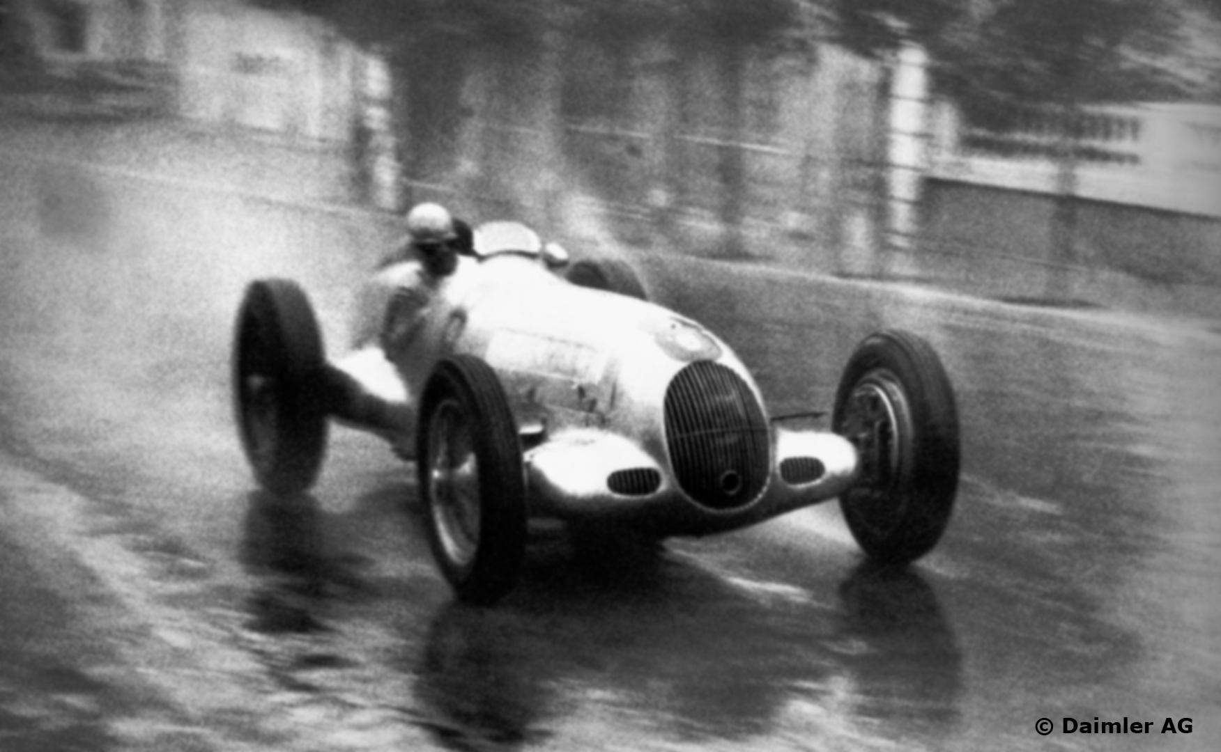 Der Regenmeister i Monaco GP 1936, hvor øsregn medførte flere krasj og ulykker. Men ikke for Caracciola, som vant etter mesterlig kjøring. Foto: Daimler AG