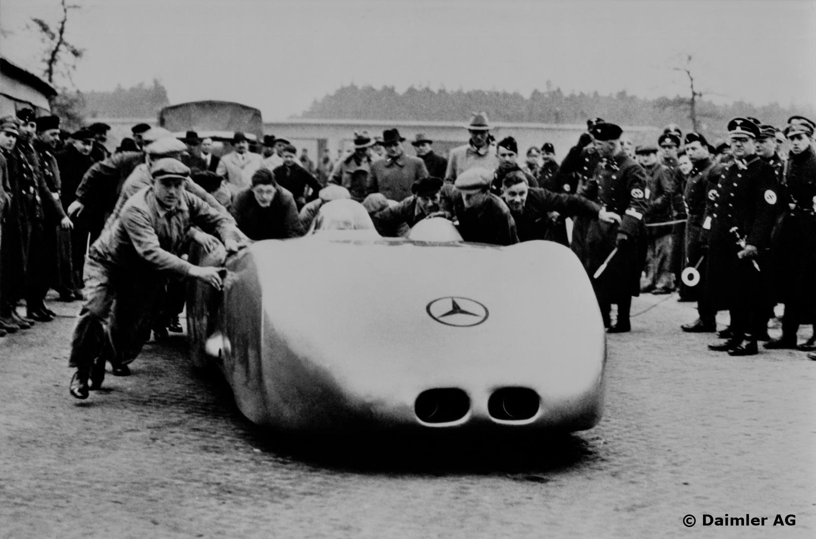 Caracciolas bil skyves i gang for å sette rekord på Autobahn i 1938. Foto: Daimler AG