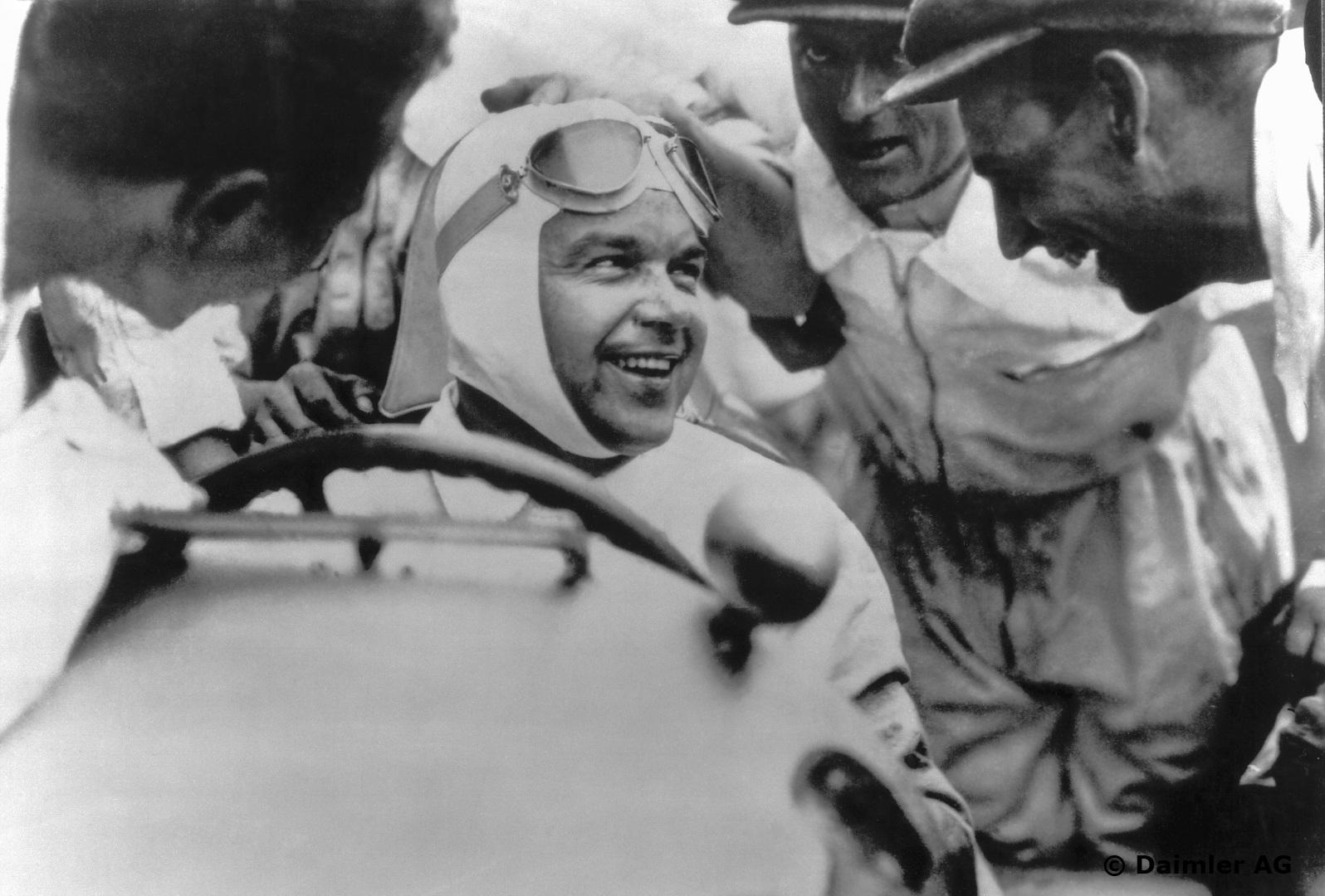 En glad og fornøyd Rudolf Caracciola der han trivdes best: På racerbanen. Foto: Daimler AG