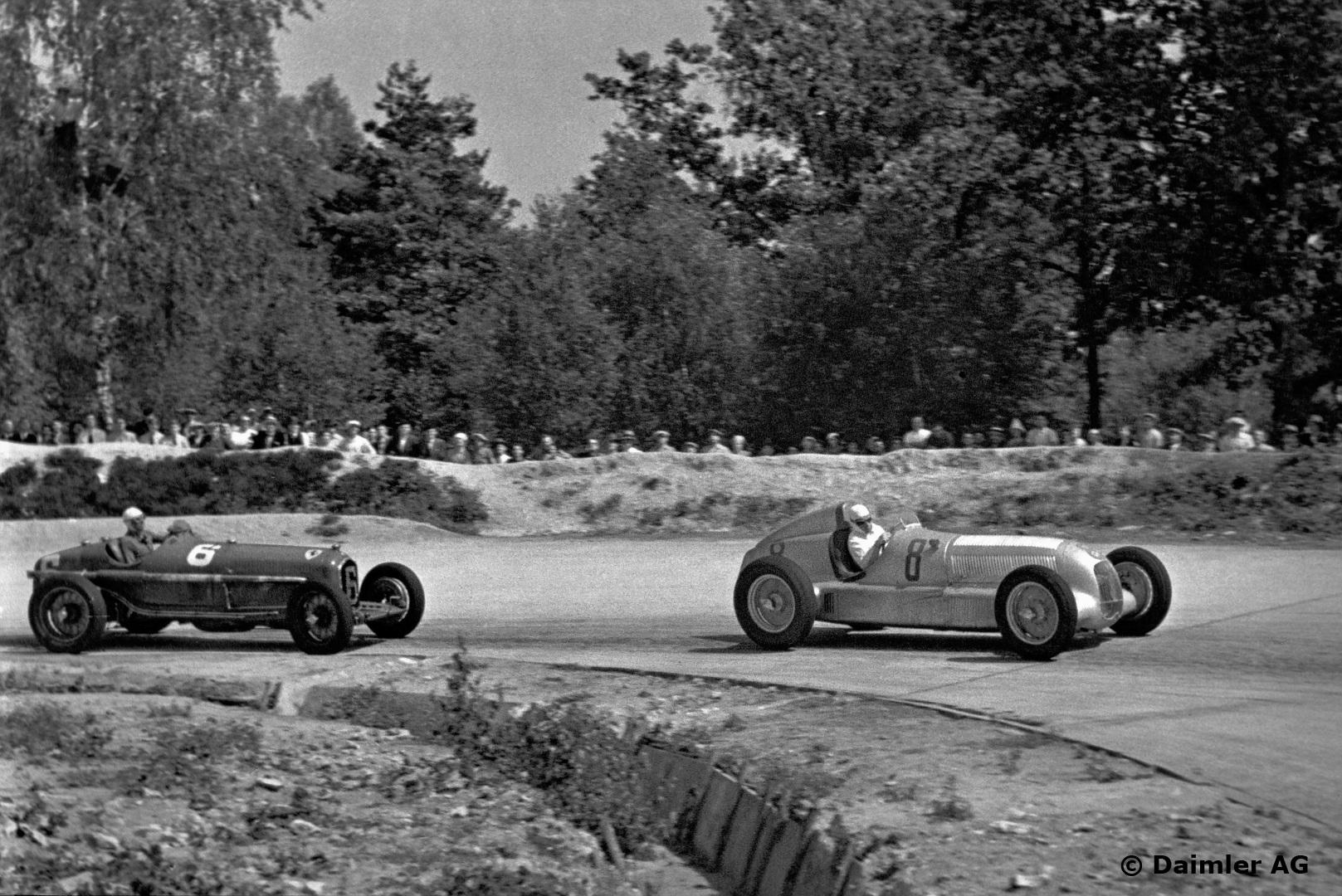 Caracciola bak rattet på sin Mercedes-Benz i tet, i hard kamp mot Achille Varzi i Alfa Romeo i 1934. Foto: Daimler AG