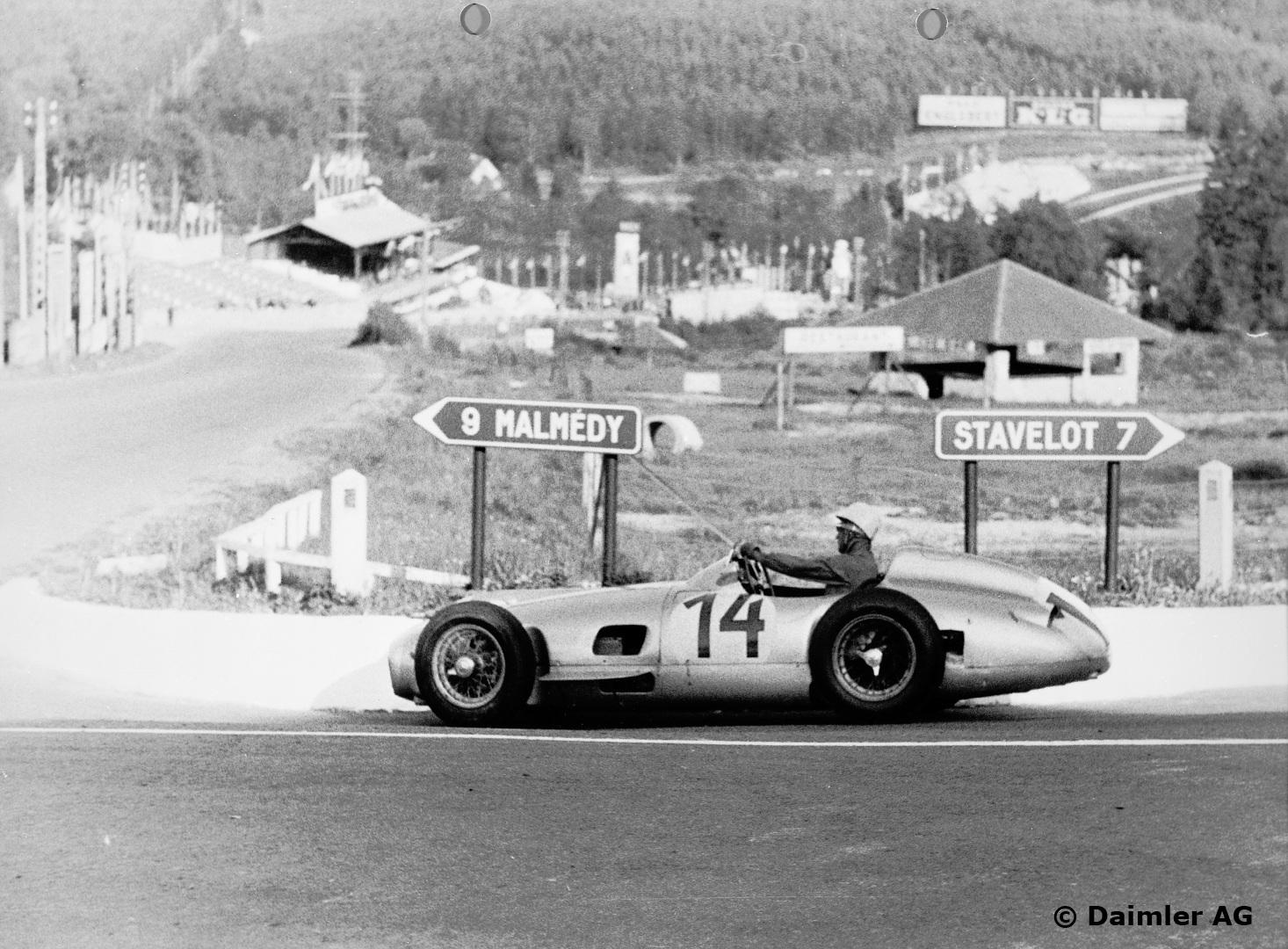 I 1955 fikk Stirling Moss sitt store gjennombrudd som fabrikkfører for Mercedes-Benz. Her fotografert under Formel 1 løpet i Belgia: Foto: Daimler AG