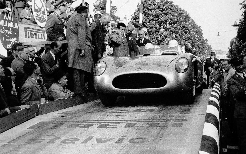 Stirling Moss legger ut på det som mange mener er motorsportens største bragd noensinne: Mille Miglia 1955. Foto: Daimler AG