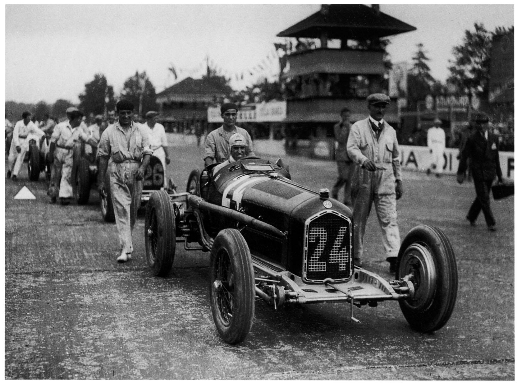 Nuvolari skyves fram til start for Grand Prix løpet på Monza i 1932 i sin Alfa Romeo.