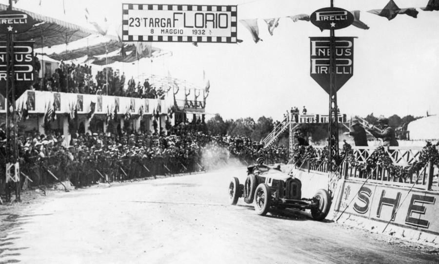 Nuvolari var en mester i de beinhard italienske landeveisløpene, og tar her hjem seieren i 1932 Targa Florio.