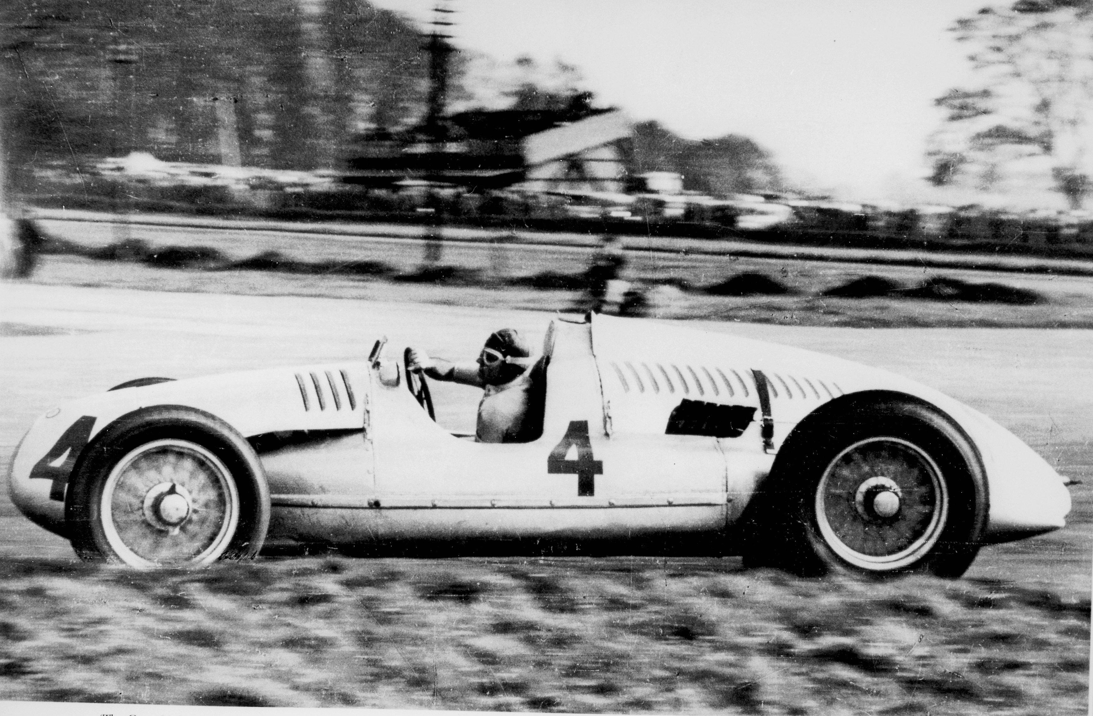 Å mestre en Auto Union var det bare Bernd Rosemeyer som hadde klart, men etter litt feiling og prøving, vant Nuvolari både Italia GP og Donington GP på tampen av 1938. Her er det full innsats på Donington. Foto: Audi