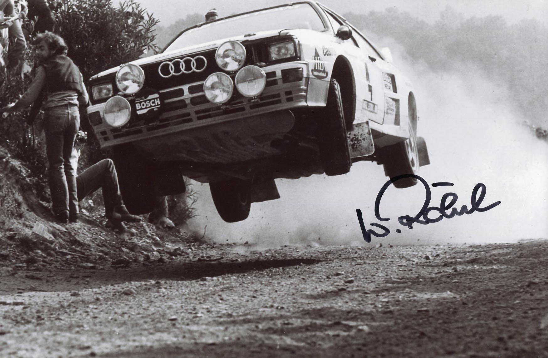Det gikk absurd fort for seg i Gruppe B-æraen, og Walter mente selv at det bare fantes tre andre førere som kunne matche ham i tempo i disse bilene. Her et signert foto som viser Walter i Portugal Rally 1984 i en Audi quattro A2. Foto: Audi autografkort
