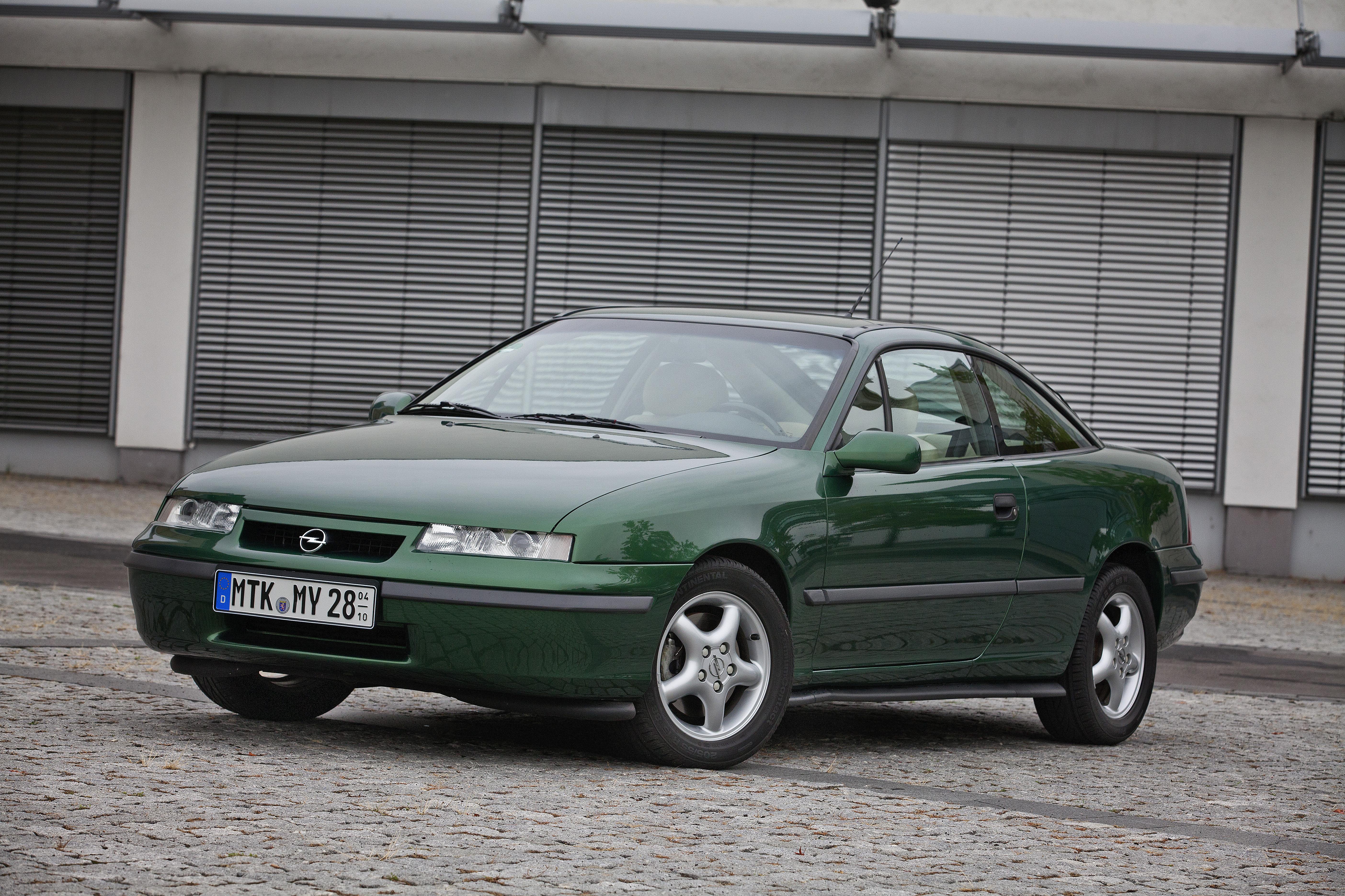 Flate frontlykter og fantastisk aerodynamikk kjennetegner Opel Calibra. Her en 1990 modell.
