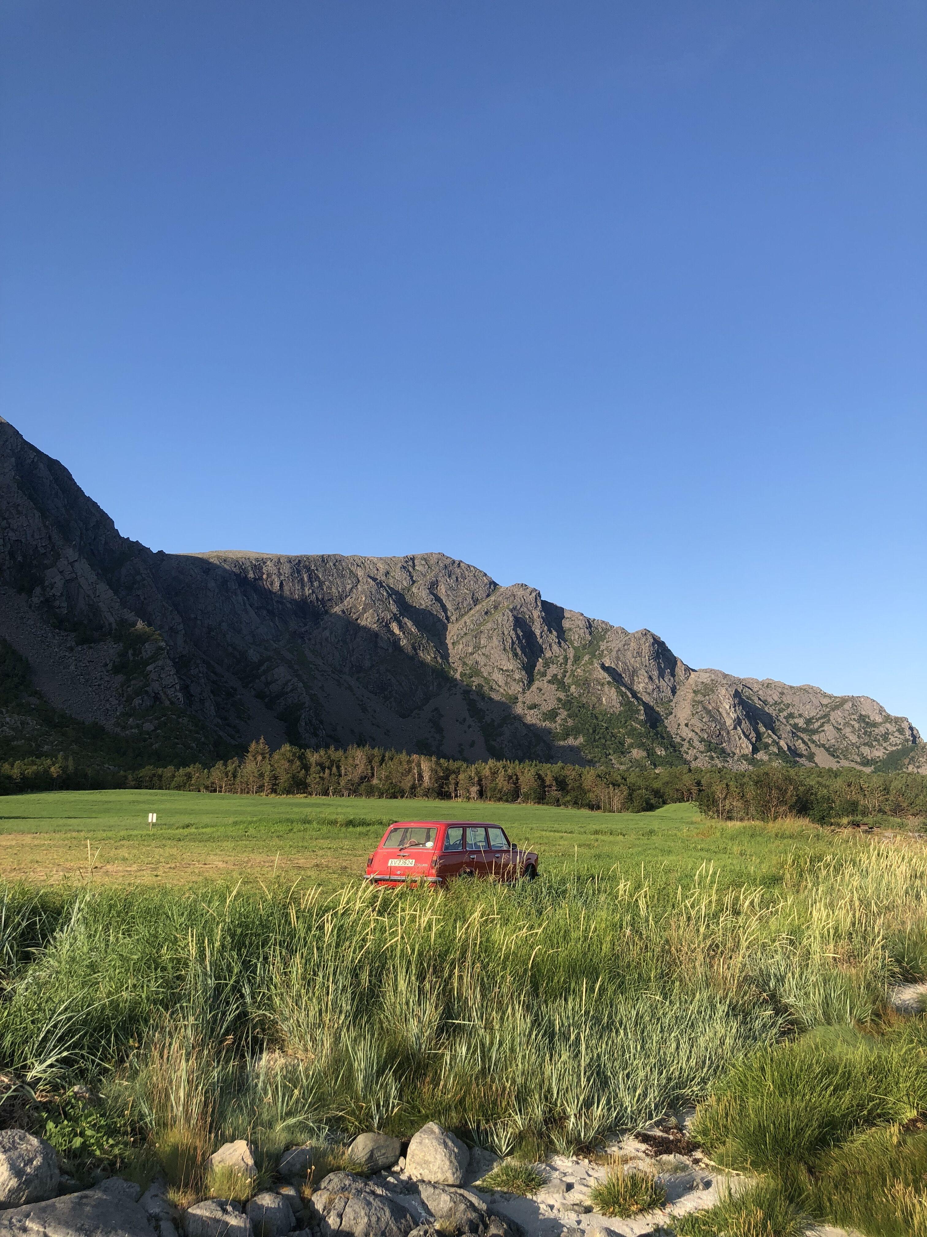 Vakker bil i vakkert landskap