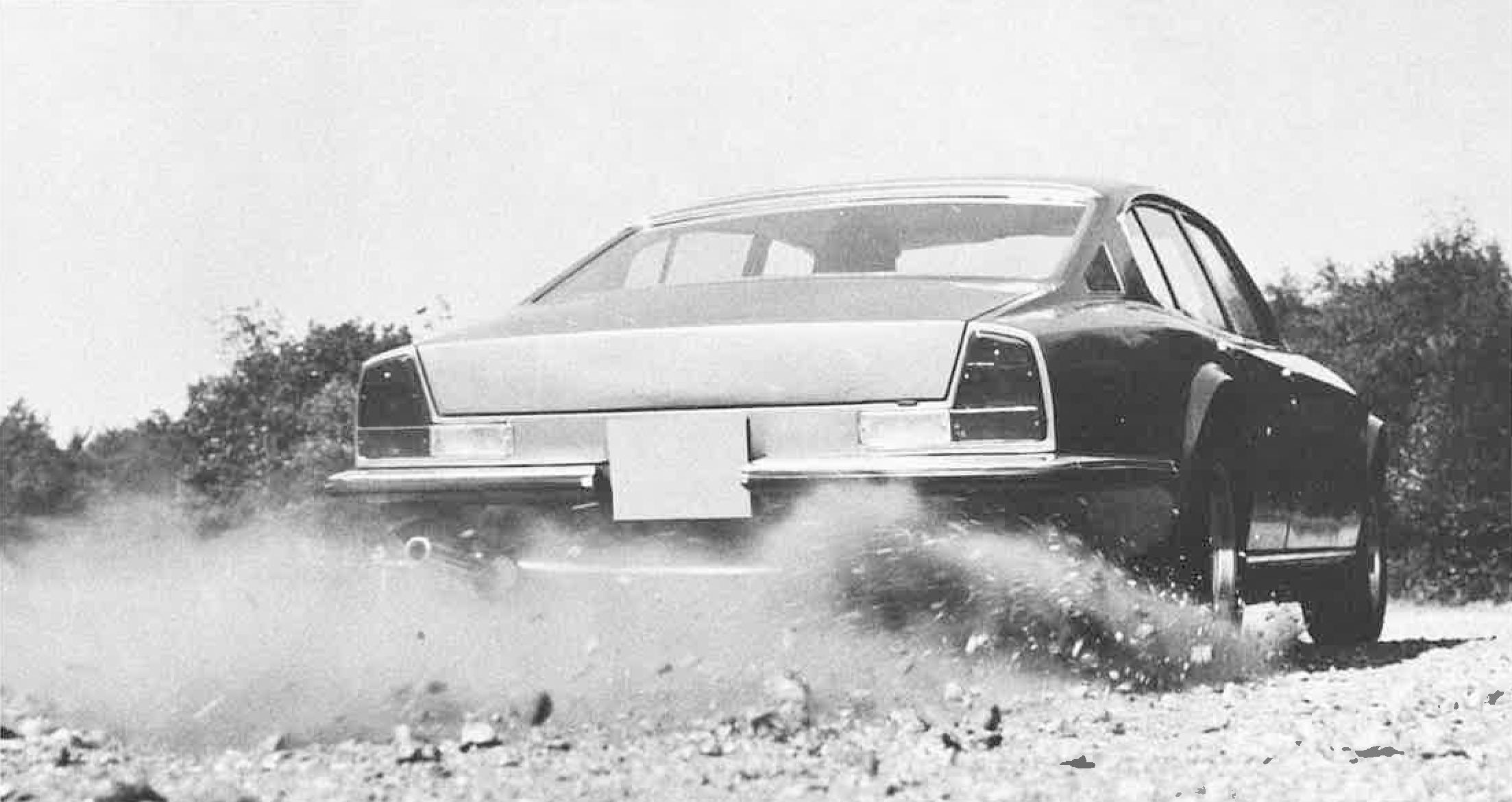 Med V8-motor var det ikke noe problem å spinne på grusen…