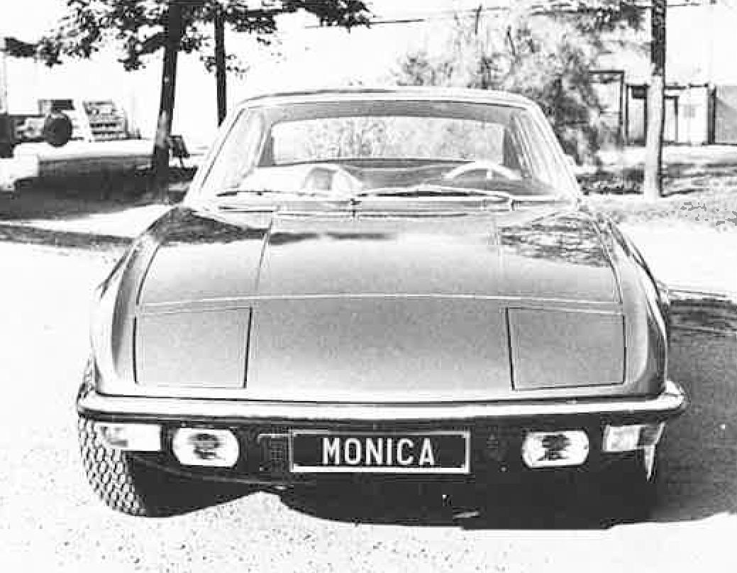 Det skrå frontpartiet med vippelykter kunne minne om både Lotus og Maserati.