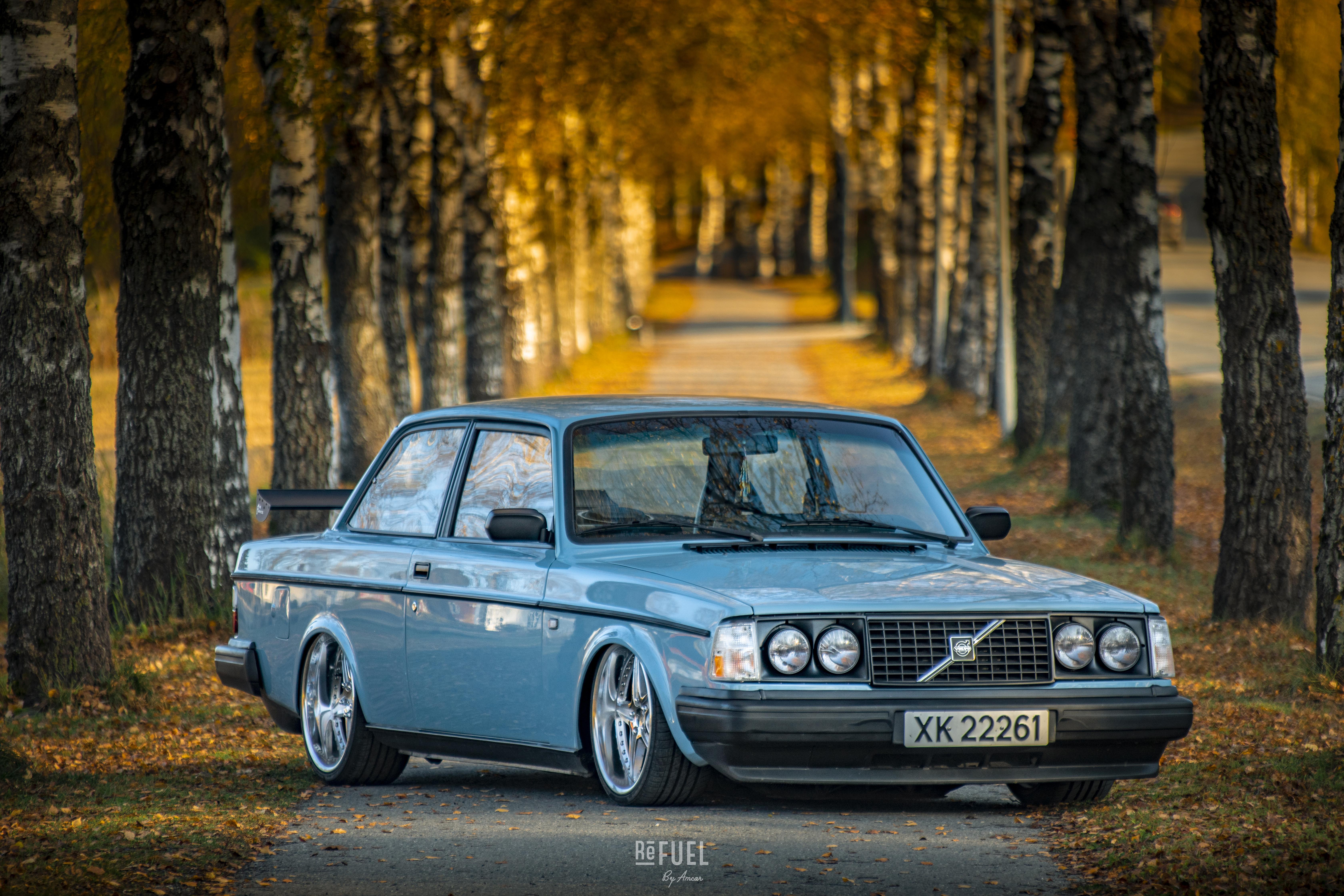 Original lyseblå Volvo-farge står i nydelig kontrast mot det varme høstløvet.