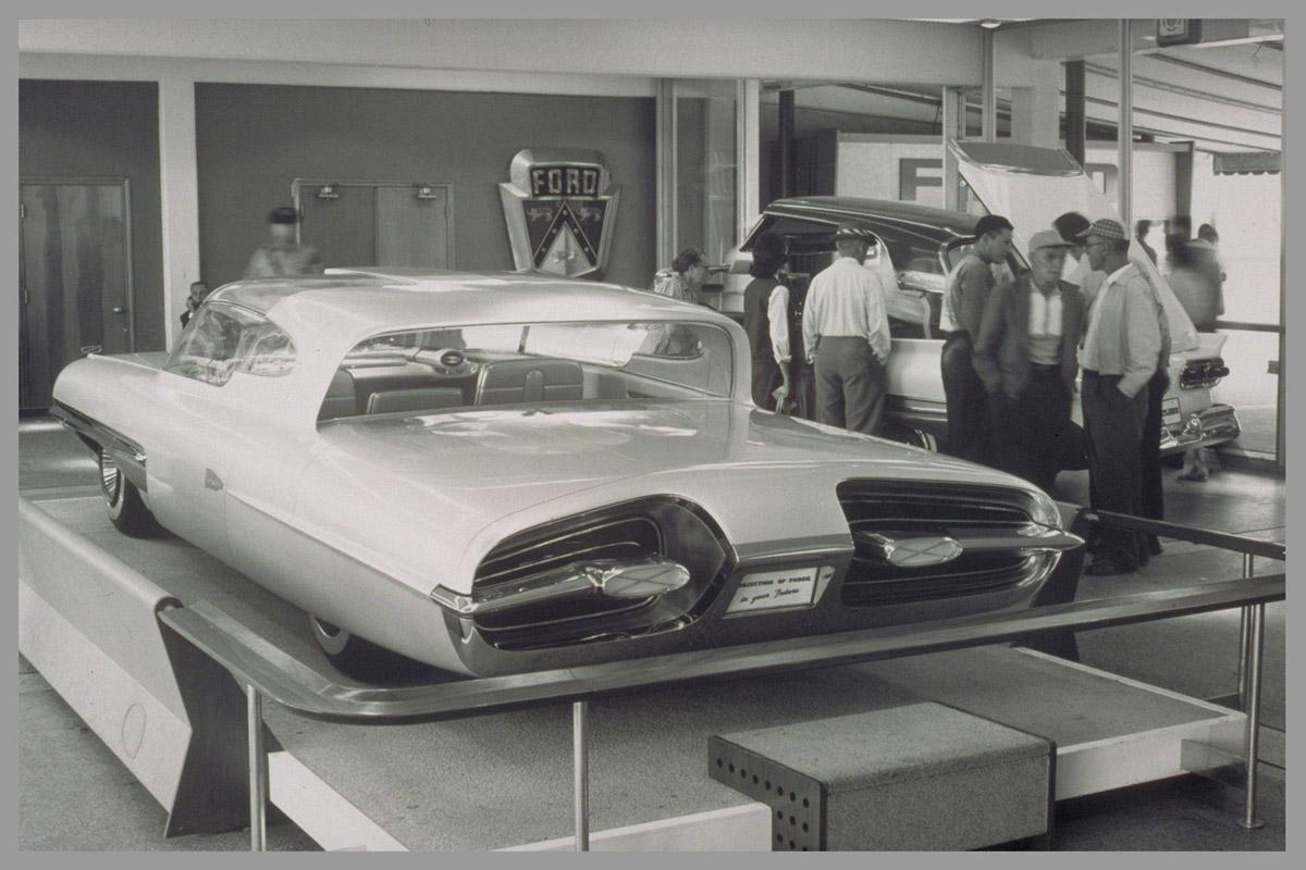 Elwood Engel kom fra Ford i 1961, og brukte tydelig Ford-inspirasjon når han designet Chryslers turbinbil. Her er bakenden på Ford La Galaxie fra 1958, som minner mistenkelig om turbinbilen.