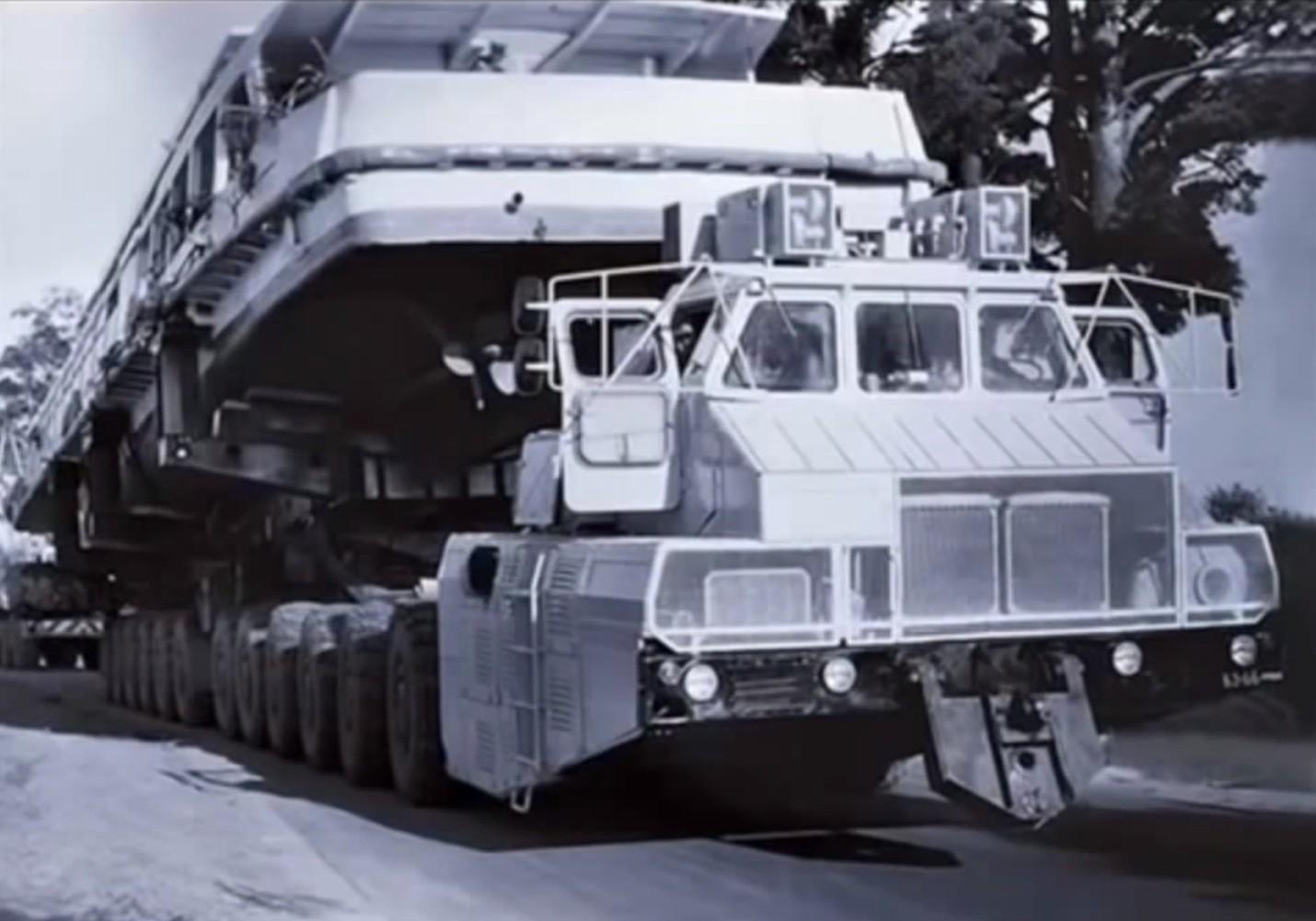 Snakker man om trucks med gassturbin, kan det være greit å nevne den ufattelig enorme MAZ-7907 fra 1985, som russerne bygde for å frakte den nye RT-23 atombomberaketten. Raketten veide over 100 tonn, så trucken ble 28 meter lang og 4 meter bred for å klare jobben, og hadde to gassturbinmotorer som genererte strøm til 24 elmotorer som drev hvert sitt hjul.