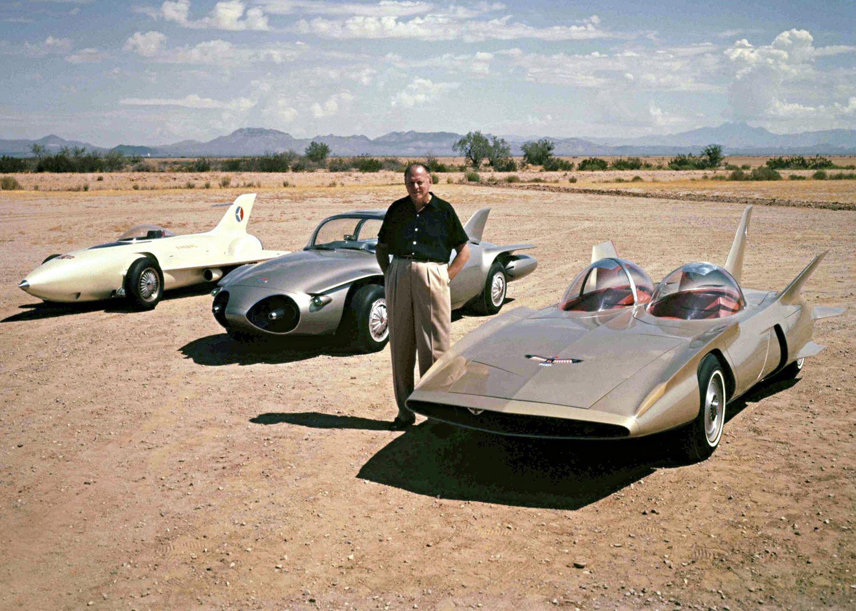 Designguru Harley Earl fra GM sammen med sine tre Firebird-konsepter, som alle var jetdrevne, med den første til venstre og Firebird III til høyre.