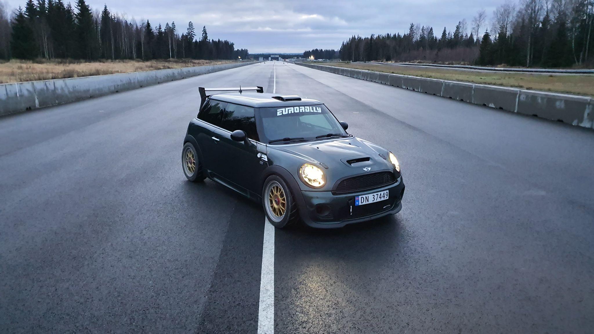 Minien på plass der den kanskje hører best hjemme: racing-stripa.
