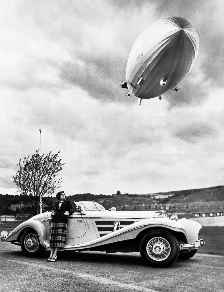Reklamebilde fra 1936 for den nye Mercedes-Benz 540K, med luftskipet Hindenburg svevende over det hele.