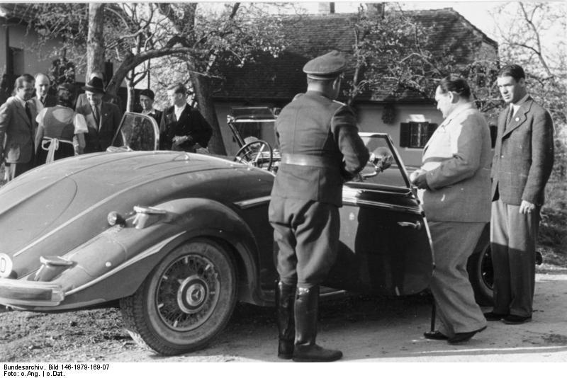 Døren blir holdt åpen for Göring idet han stiger inn i sin 500K. Foto: Bundesarchiv.