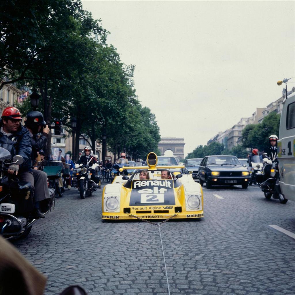 Didier Pironi og hans kjørepartner Jean-Pierre Jassaud på æresrunde rundt i gatene i Paris med sin Renault A442B som de vant Le Mans med i 1978. Foto: Renault