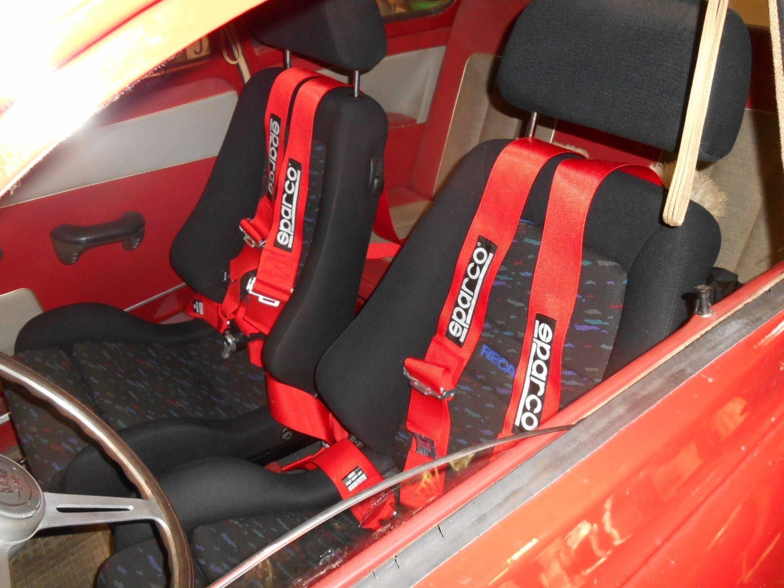 Gode Recarostoler med skikkelige belter trengs i en ekte racingbil