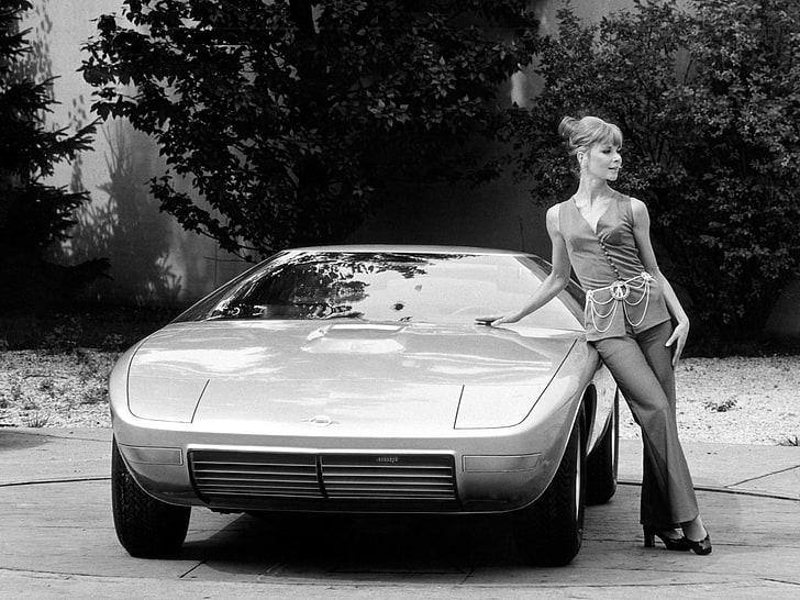 På beste italienske maner måtte det selvsagt være elegante damer med på promobildene som ble tatt av Frua sine prototyper.