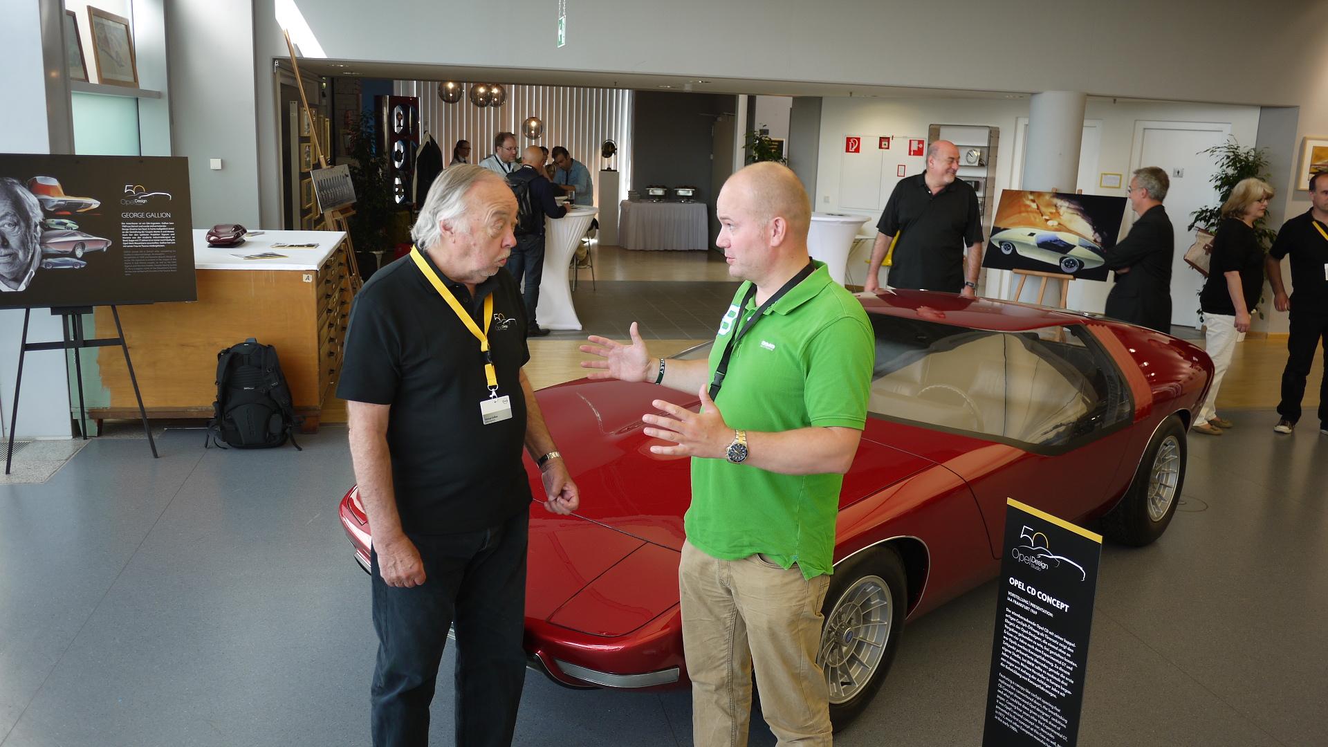 Artikkelforfatteren (til høyre) i samtale med hoved-designeren bak Opel CD: George Gallion, med bilen i bakgrunnen.