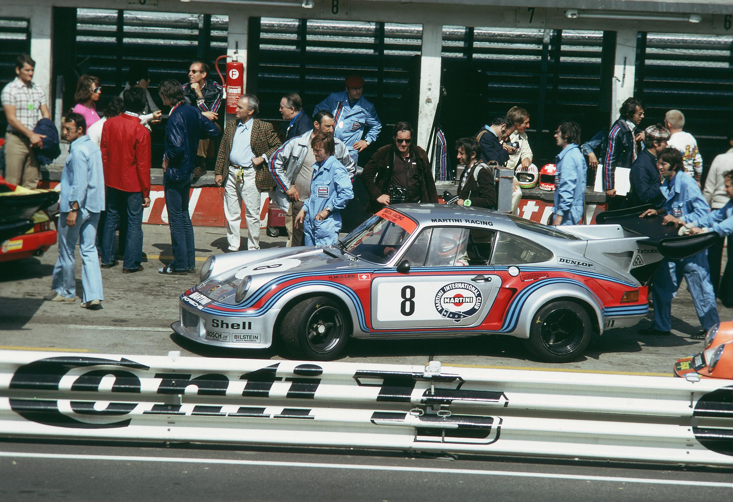 I 1974 opptrådte 911 for første gang med turbomating på racerbanen. Bilen kjent som 911 Carrera RSR Turbo 2.1 tok en sensasjonell andreplass på Le Mans.