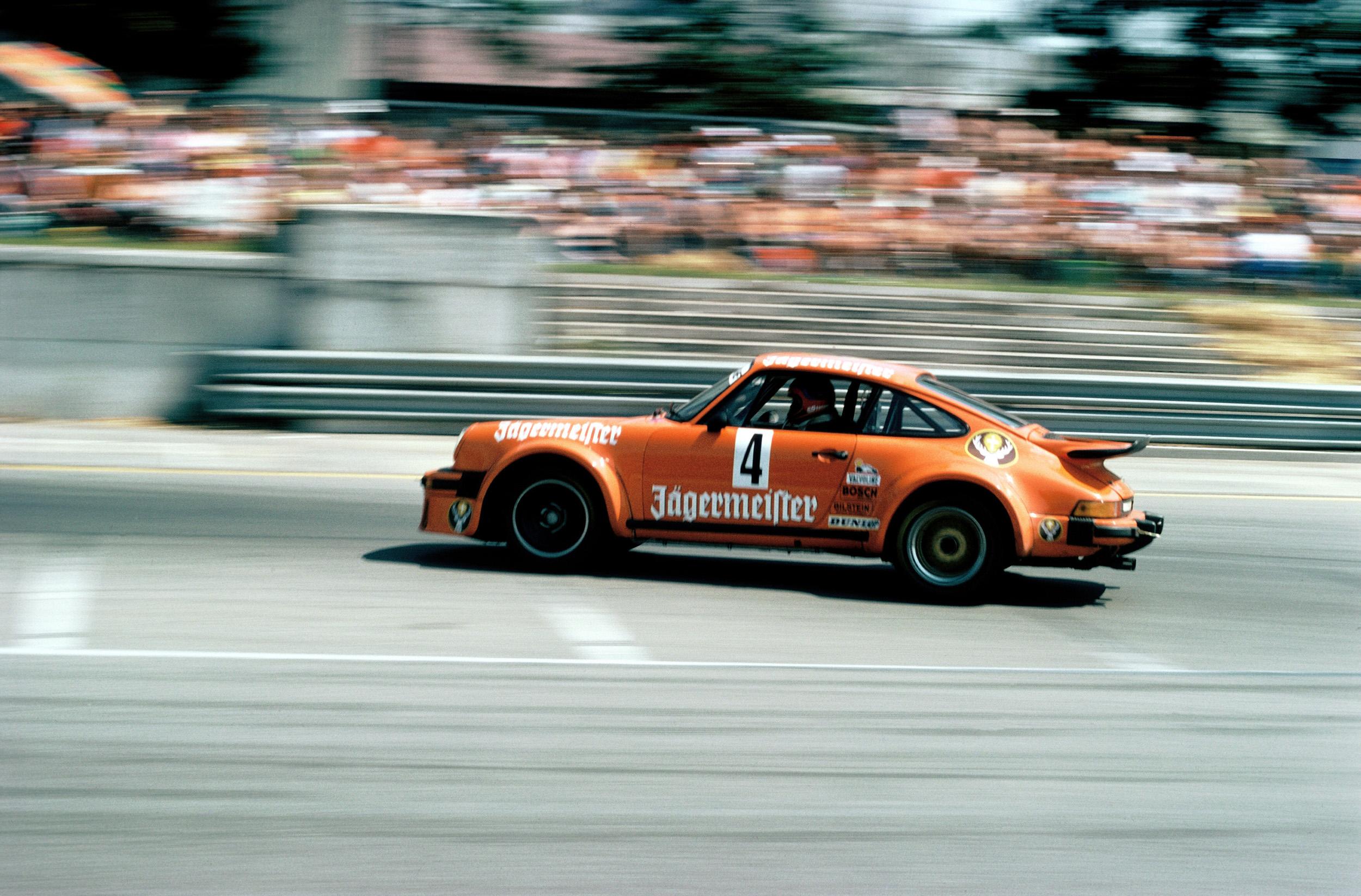934 ble introdusert til 1976-sesongen og tok hjem både Trans Am-mesterskapet i USA med George Follmer bak rattet, og mesterskapet i det europeiske GT-mesterskapet med Toine Hezemans som sjåfør.