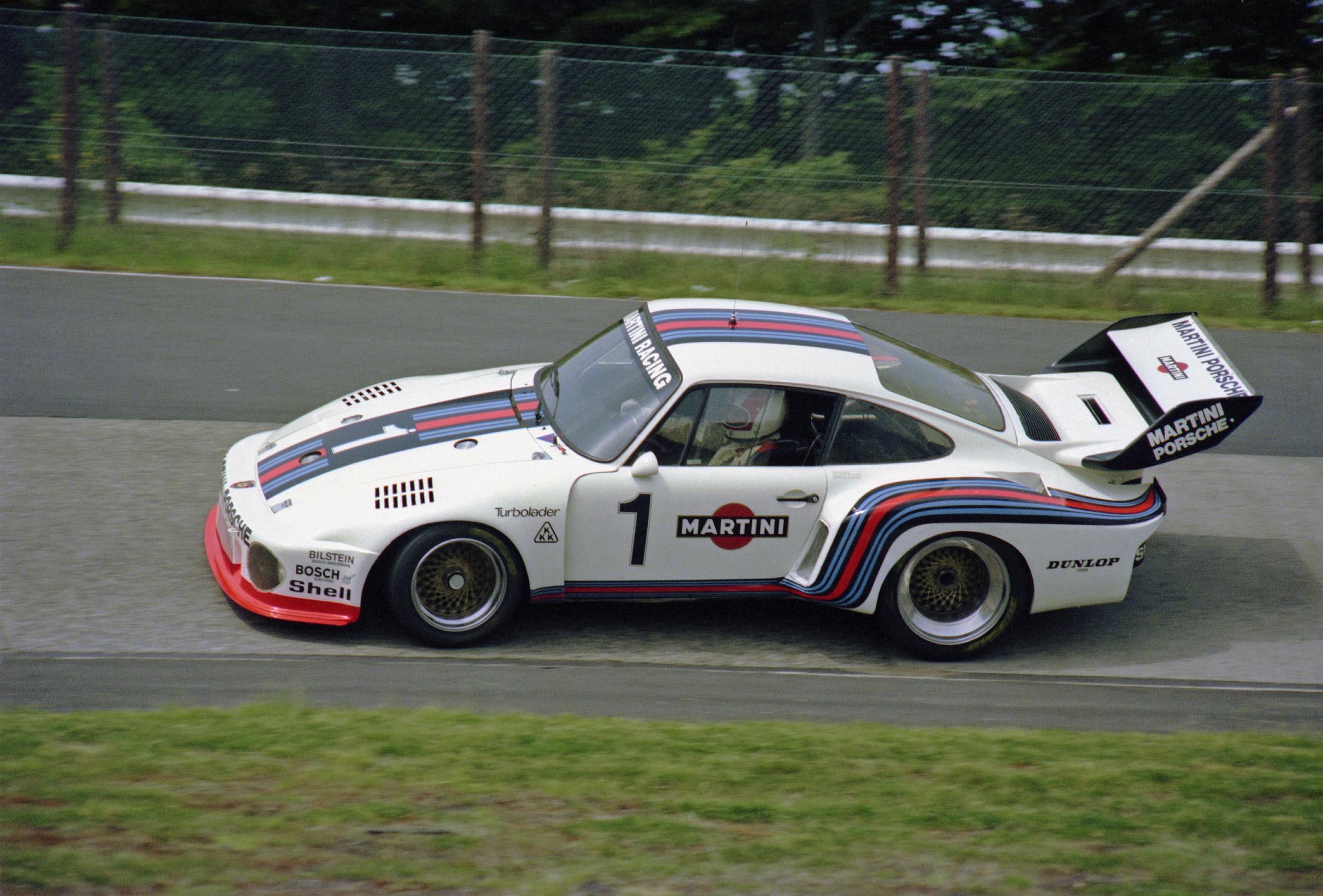 935 kom i 1976 som Gruppe 5-versjonen av 911 Turbo, og vant 123 av 370 løp den stilte opp i de neste årene, inkludert seire på Le Mans, Daytona, Sebring og 1000 km Nürburgring (hvor den vant tre år på rad fra 1977-1979).