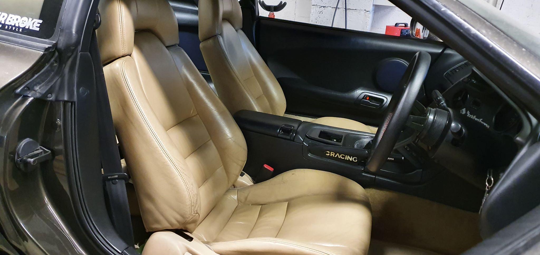 Det beige interiøret matcher bilens ytre svært godt.