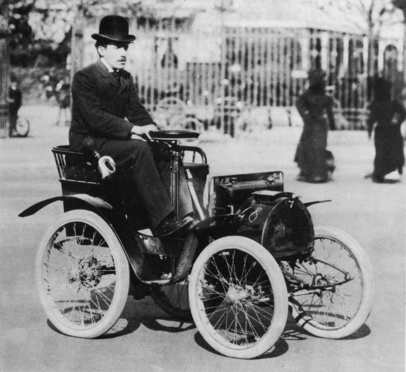 Renault Voiturette var selskapets første bil, og var i produksjon i forskjellige utgaver fra 1898 til 1903. Her med Louis Renault bak rattet.