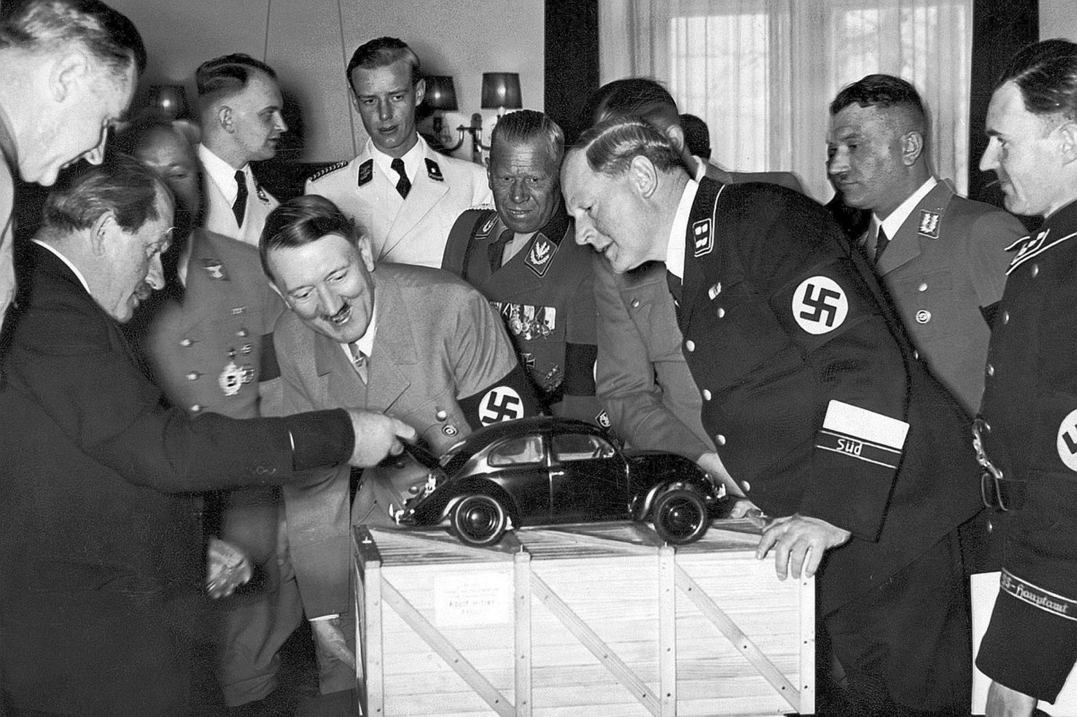 Ferdinand Porsche viser fram en modell av folkevognen til en entusiastisk Hitler.
