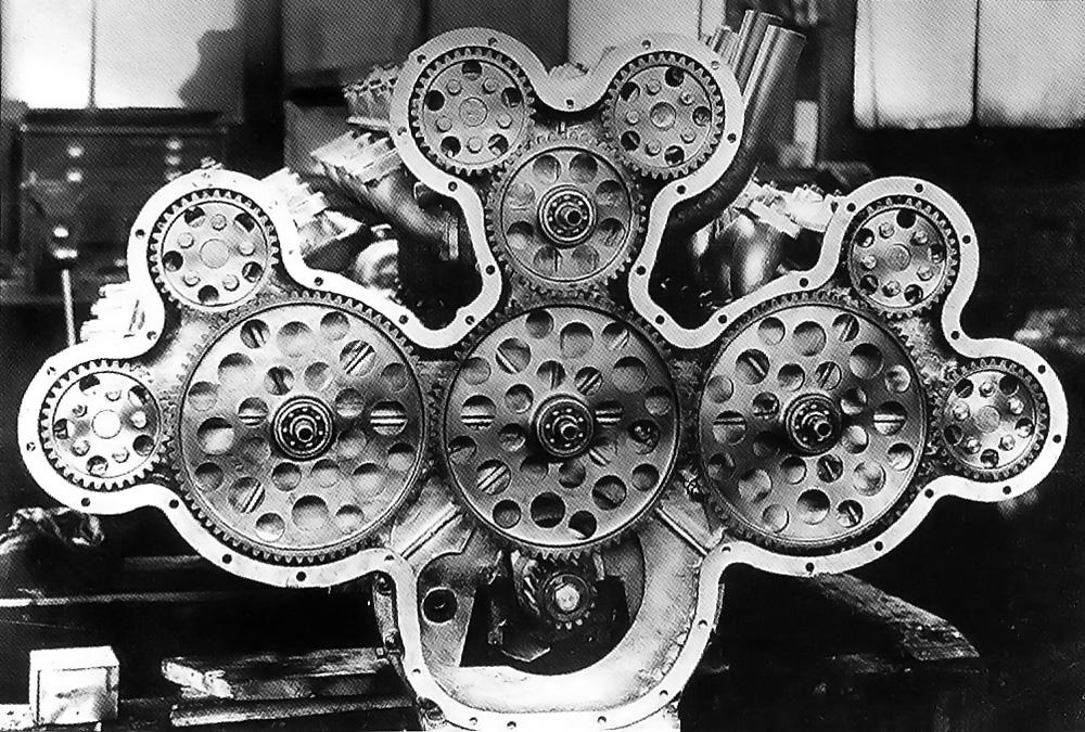 Det komplekse tannhjuloppsettet som driver kamakslene på baksiden av 24-sylinder motoren. Pinjongen på veivakselen hadde 17 tenner, overføringstannhjulene hadde 74 tenner og kamakseltannhjulene 34 tenner.